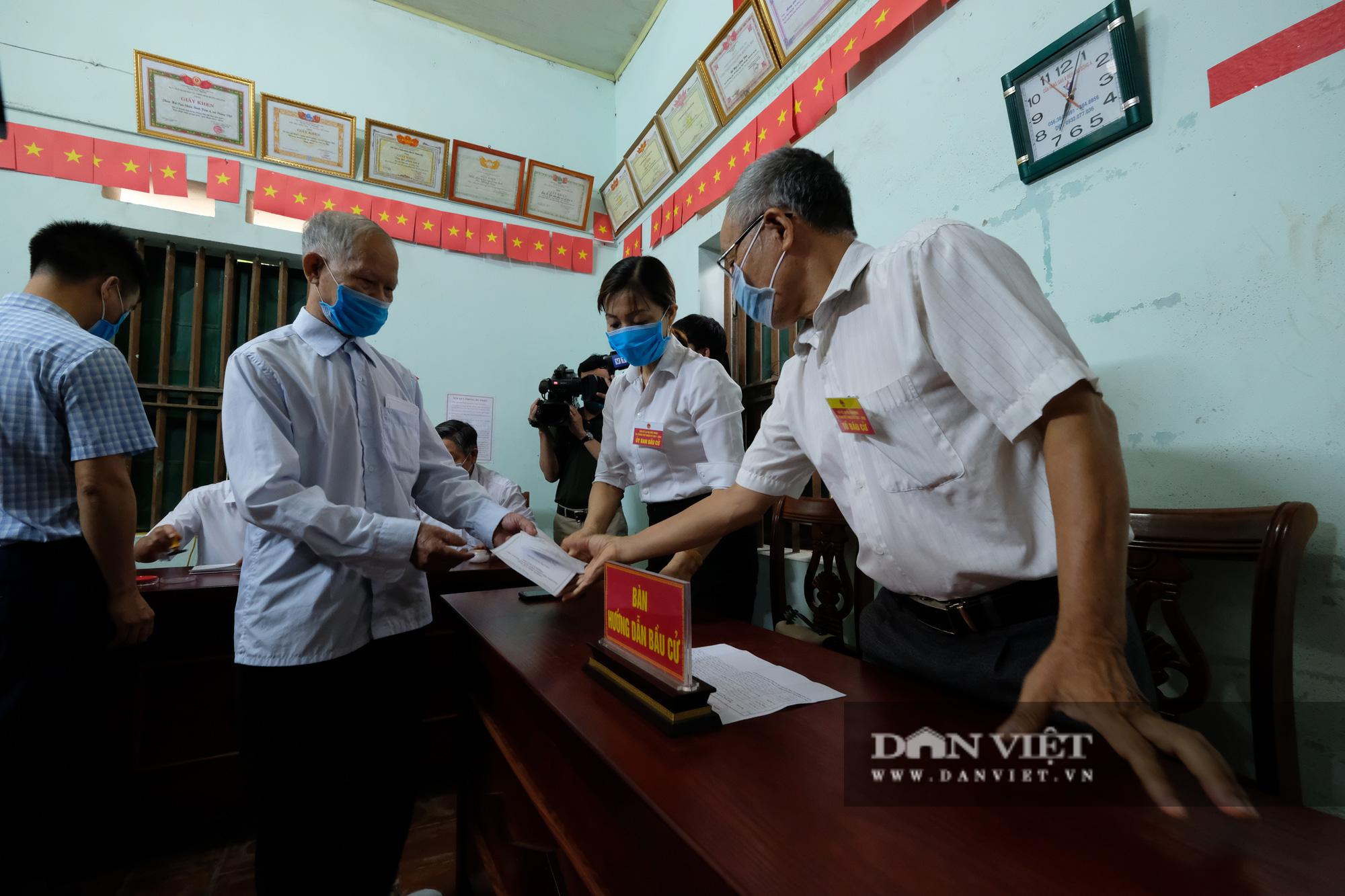 Cử tri Mê Linh bầu cử lại sau vụ Chủ tịch HĐND xã mang 75 phiếu về nhà tự gạch - Ảnh 9.
