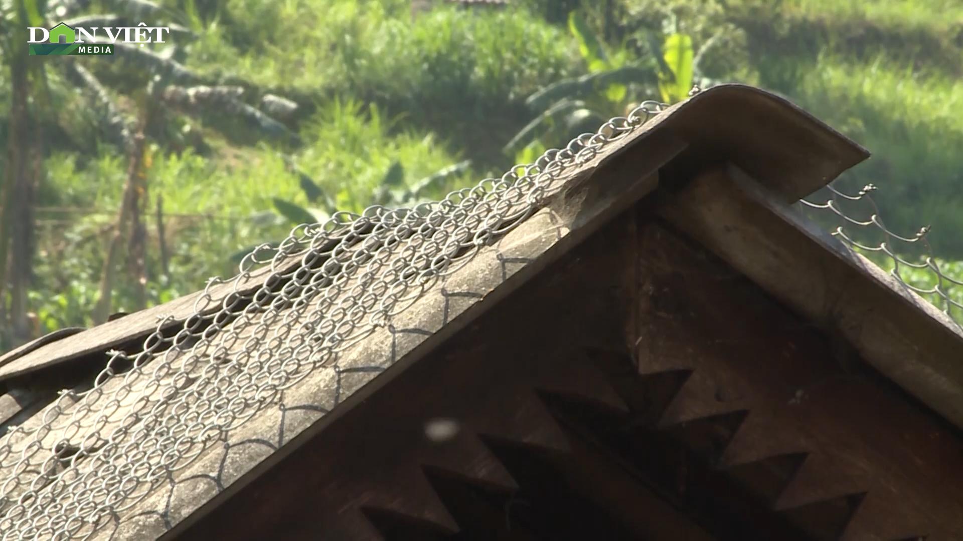 Hà Giang: Gia cố lại mái nhà bằng lưới thép B40 để phòng giông lốc, gió lớn - Ảnh 2.