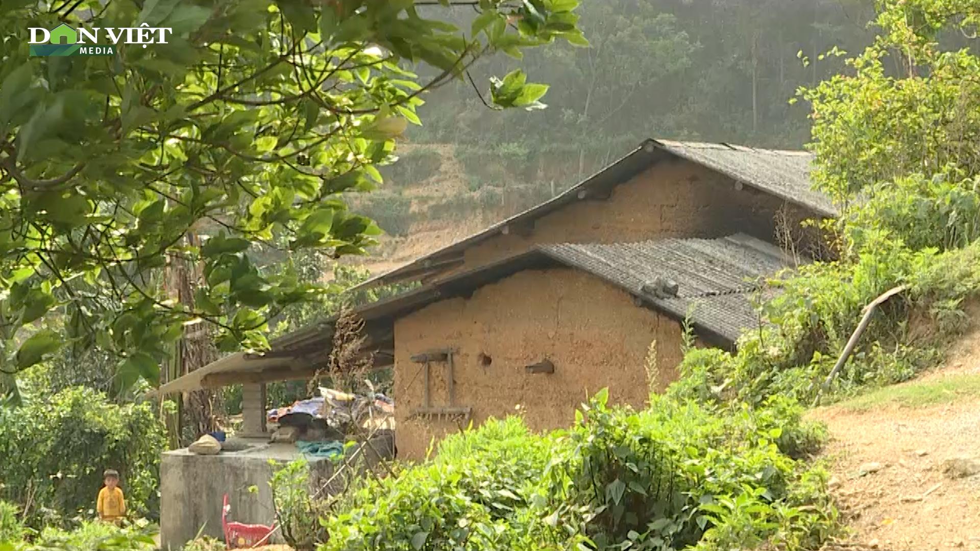 Hà Giang: Gia cố lại mái nhà bằng lưới thép B40 để phòng giông lốc, gió lớn - Ảnh 3.