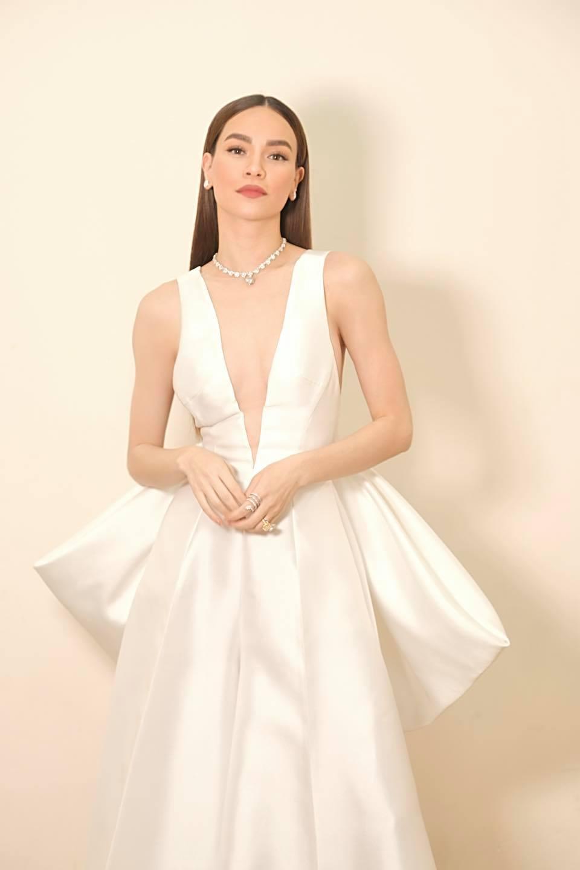 Hồ Ngọc Hà táo bạo diện váy xẻ sâu, Quỳnh Nga dẫn đầu top sao mặc đẹp tuần qua - Ảnh 2.