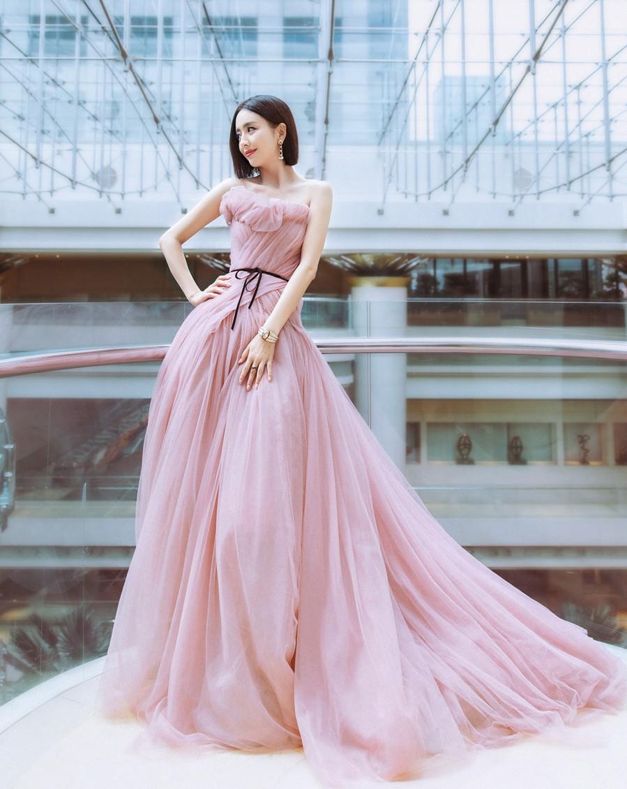 """Phong cách thời trang tinh tế, gợi cảm của """"mỹ nhân Tân Cương"""" Đồng Lệ  - Ảnh 6."""