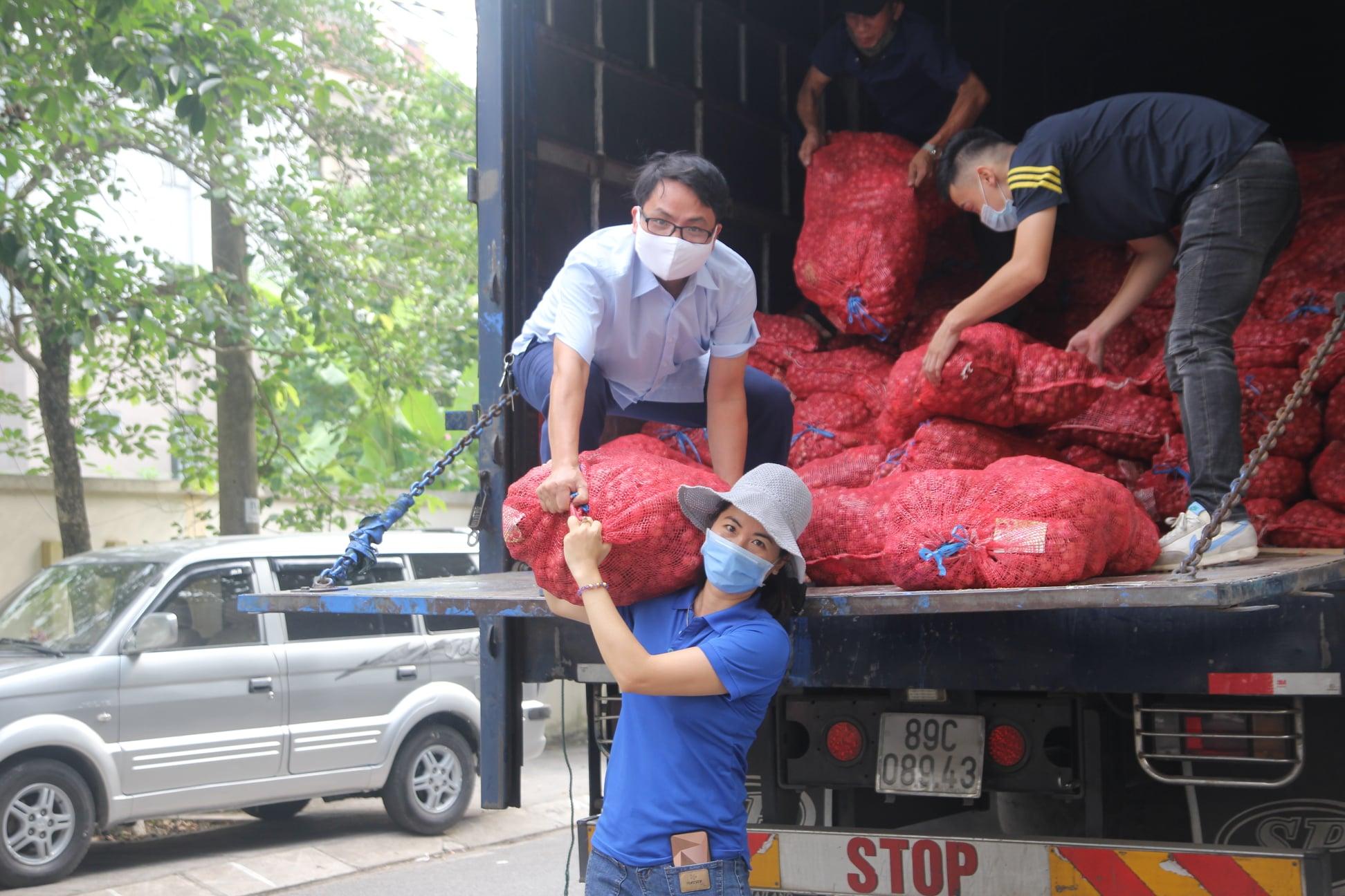 Hội nông dân tỉnh Thái Nguyên hỗ trợ tiêu thụ 17 tấn hành tím cho bà con nông dân Sóc Trăng - Ảnh 1.