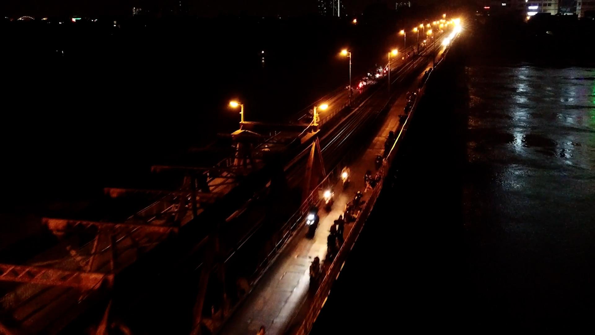 Hà Nội: Bất chấp lệnh cấm, nhiều quán trà đá ngang nhiên mở trên Cầu Long Biên - Ảnh 2.