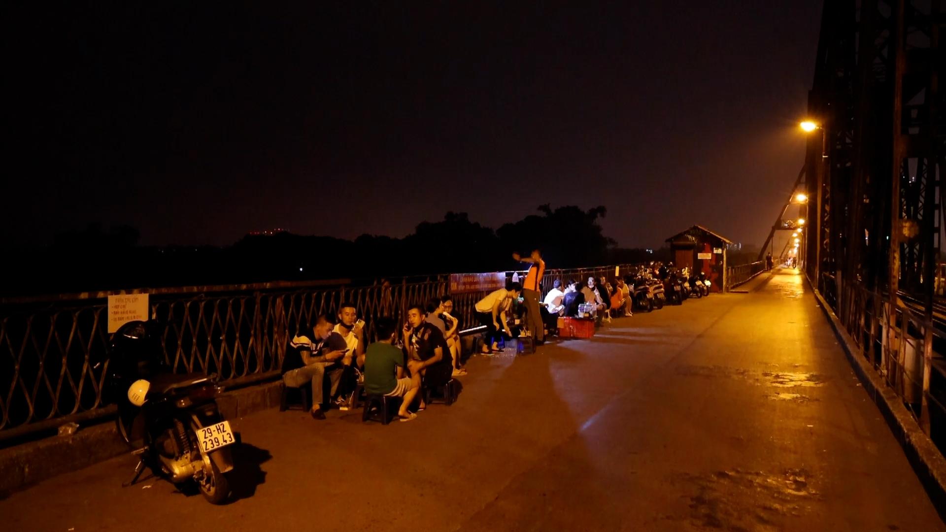 Hà Nội: Bất chấp lệnh cấm, nhiều quán trà đá ngang nhiên mở trên Cầu Long Biên - Ảnh 3.