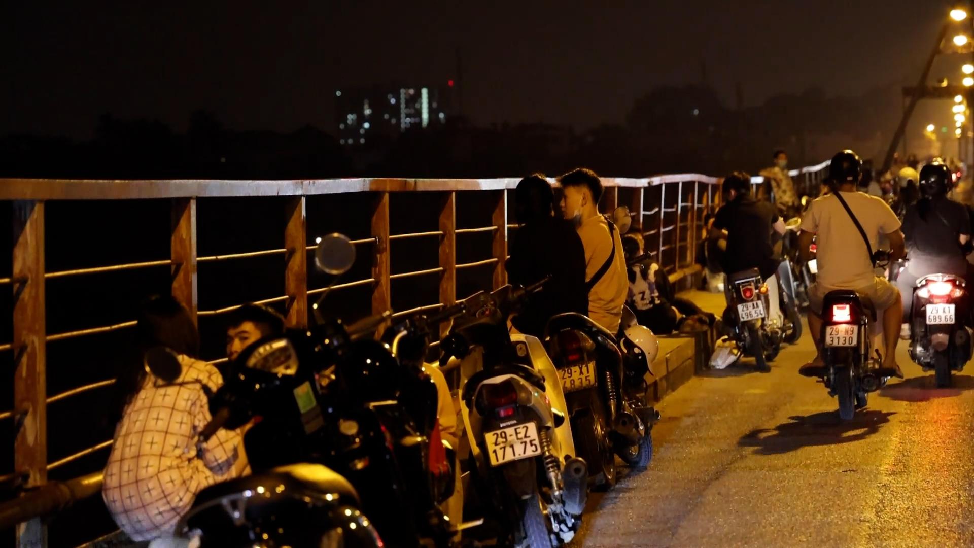 Hà Nội: Bất chấp lệnh cấm, nhiều quán trà đá ngang nhiên mở trên Cầu Long Biên - Ảnh 4.