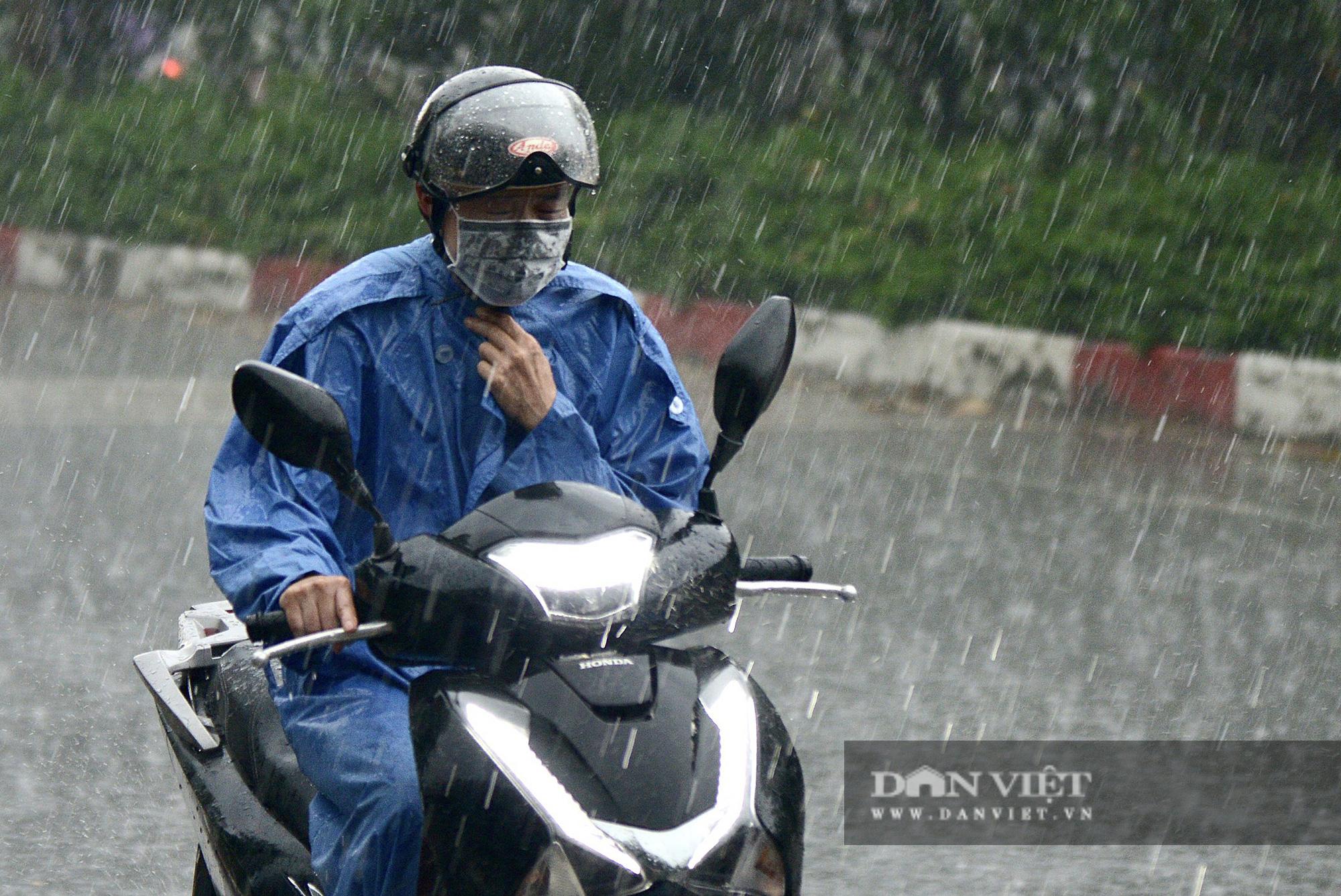 Bầu trời Hà Nội mưa liên tiếp, thời tiết mát mẻ sau nhiều ngày nắng nóng gần 40 độ C - Ảnh 3.