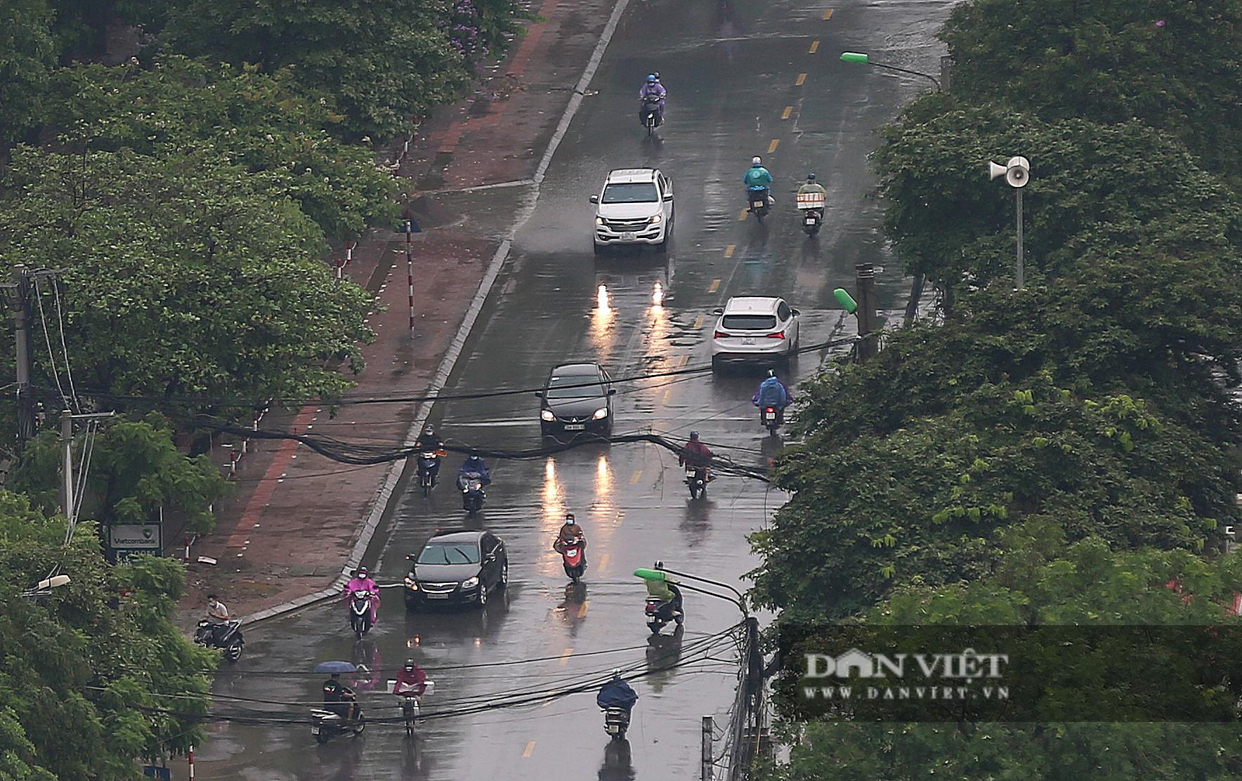 Bầu trời Hà Nội mưa liên tiếp, thời tiết mát mẻ sau nhiều ngày nắng nóng gần 40 độ C - Ảnh 4.