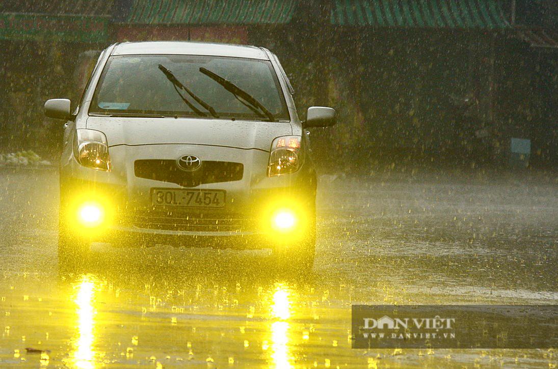 Bầu trời Hà Nội mưa liên tiếp, thời tiết mát mẻ sau nhiều ngày nắng nóng gần 40 độ C - Ảnh 5.