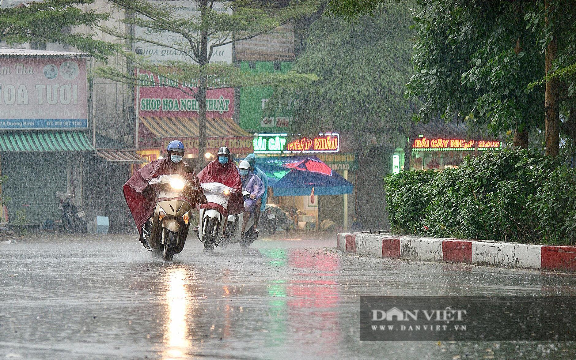 Bầu trời Hà Nội mưa liên tiếp, thời tiết mát mẻ sau nhiều ngày nắng nóng gần 40 độ C - Ảnh 6.
