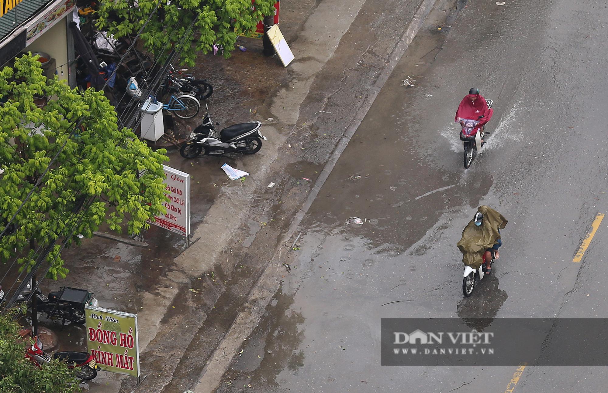 Bầu trời Hà Nội mưa liên tiếp, thời tiết mát mẻ sau nhiều ngày nắng nóng gần 40 độ C - Ảnh 7.