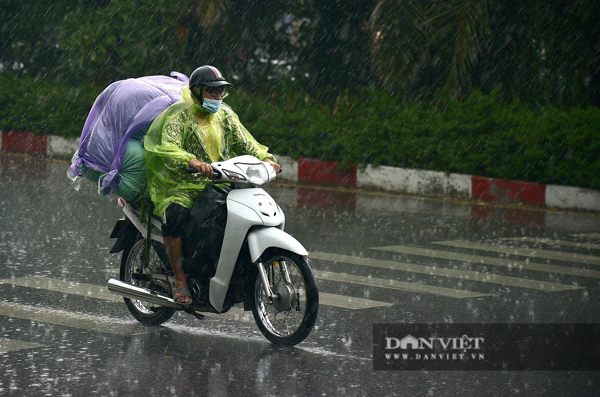 Bầu trời Hà Nội mưa liên tiếp, thời tiết mát mẻ sau nhiều ngày nắng nóng gần 40 độ C - Ảnh 8.