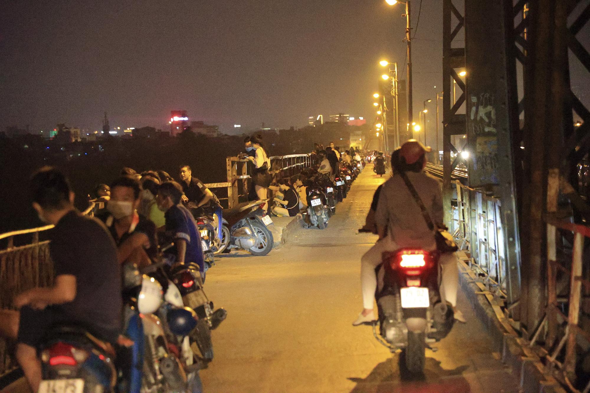 Hà Nội: Bất chấp lệnh cấm, nhiều quán trà đá ngang nhiên mở trên Cầu Long Biên - Ảnh 6.