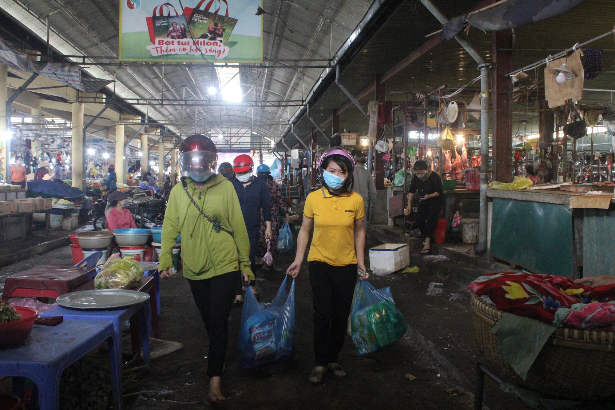 Hà Tĩnh: Trước giờ giãn cách xã hội, người dân đổ xô đi mua thực phẩm - Ảnh 3.