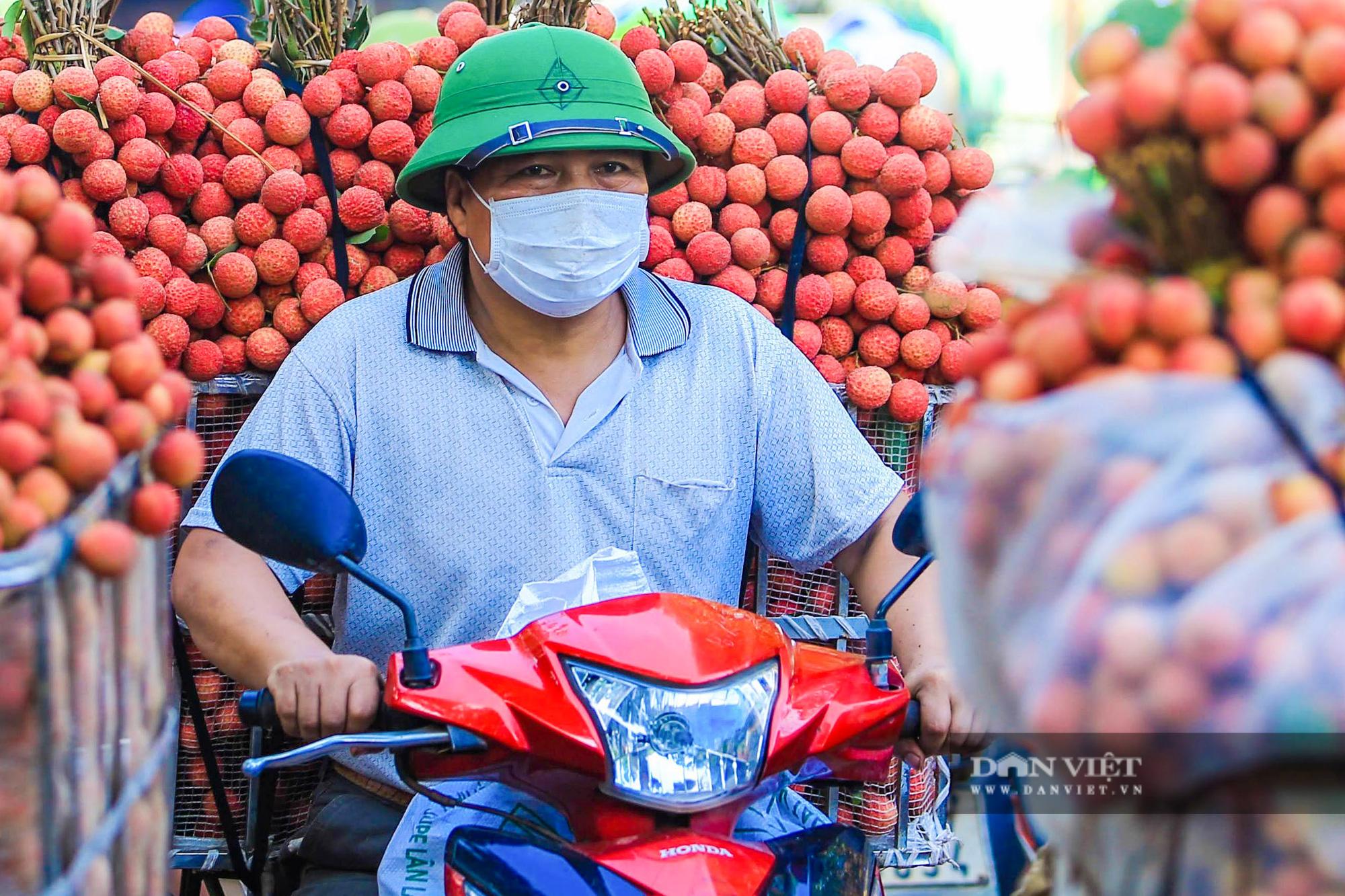 Vải thiều chín rộ đỏ ửng theo lưng nông dân đi tiêu thụ - Ảnh 5.