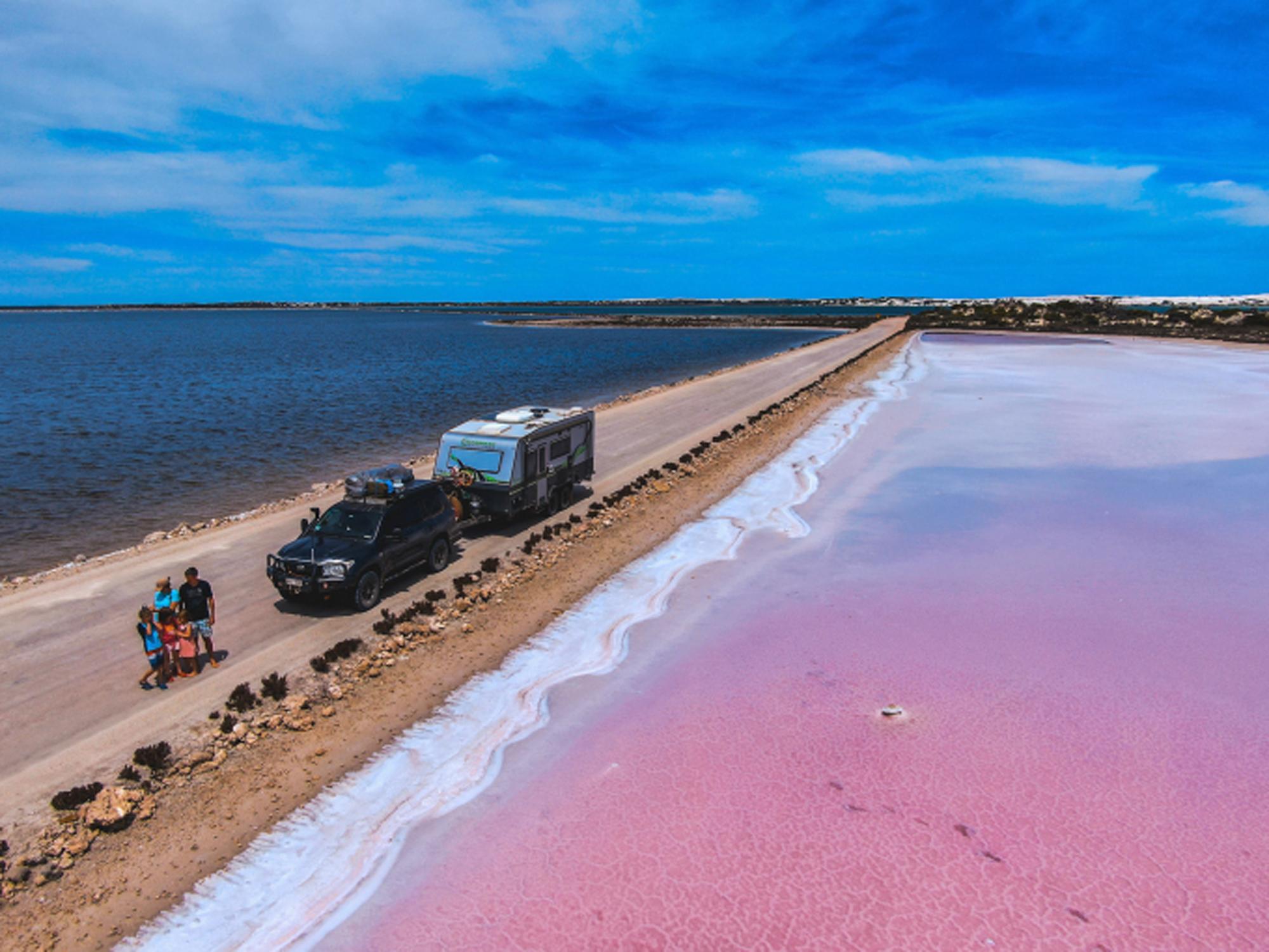 Con đường siêu đẹp giữa hai luồng nước xanh và hồng - Ảnh 2.