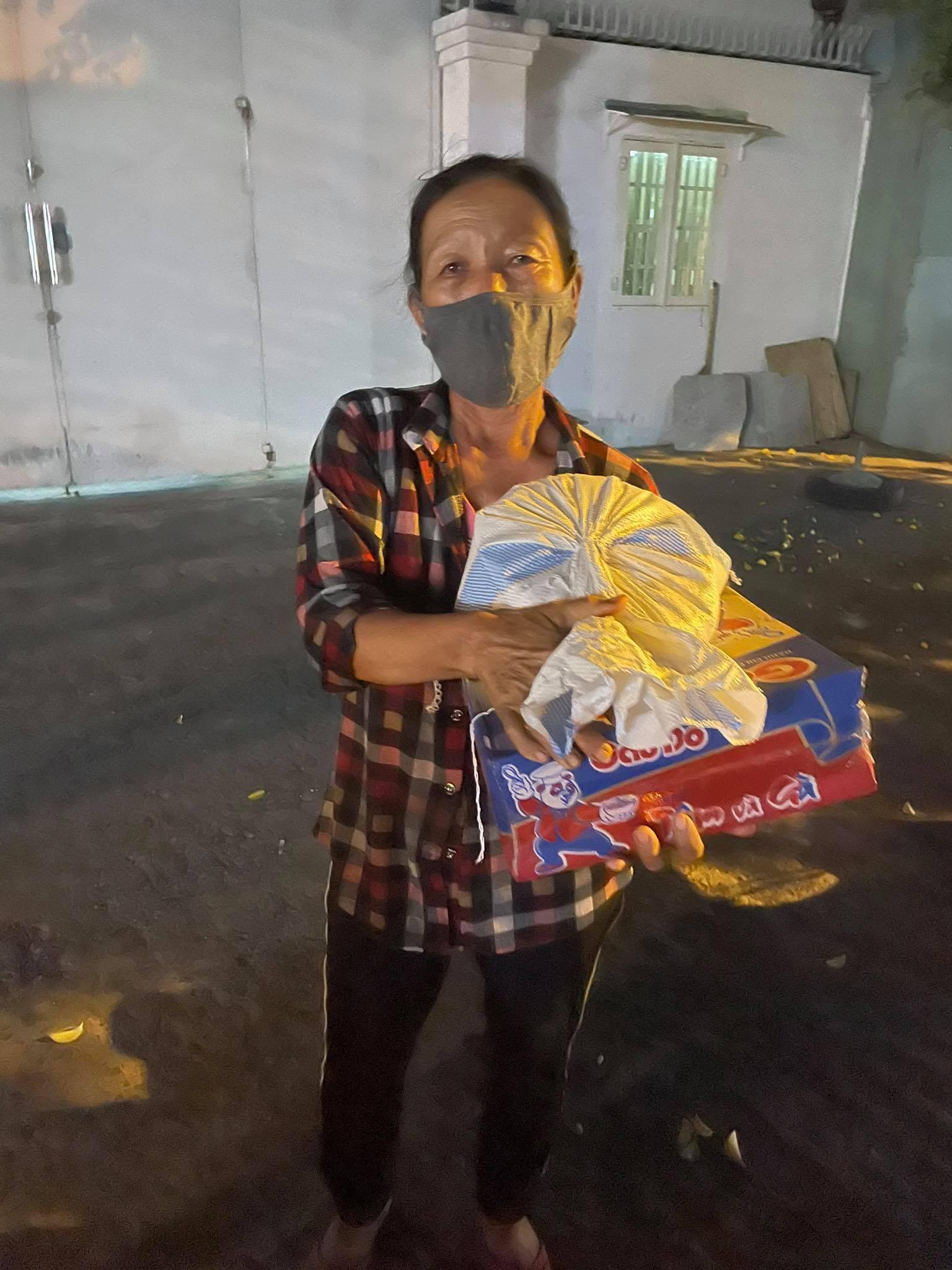 Báo Nông thôn Ngày nay/Dân Việt trao quà của bạn đọc đến người dân bị ảnh hưởng dịch Covid-19 ở TP.HCM - Ảnh 12.