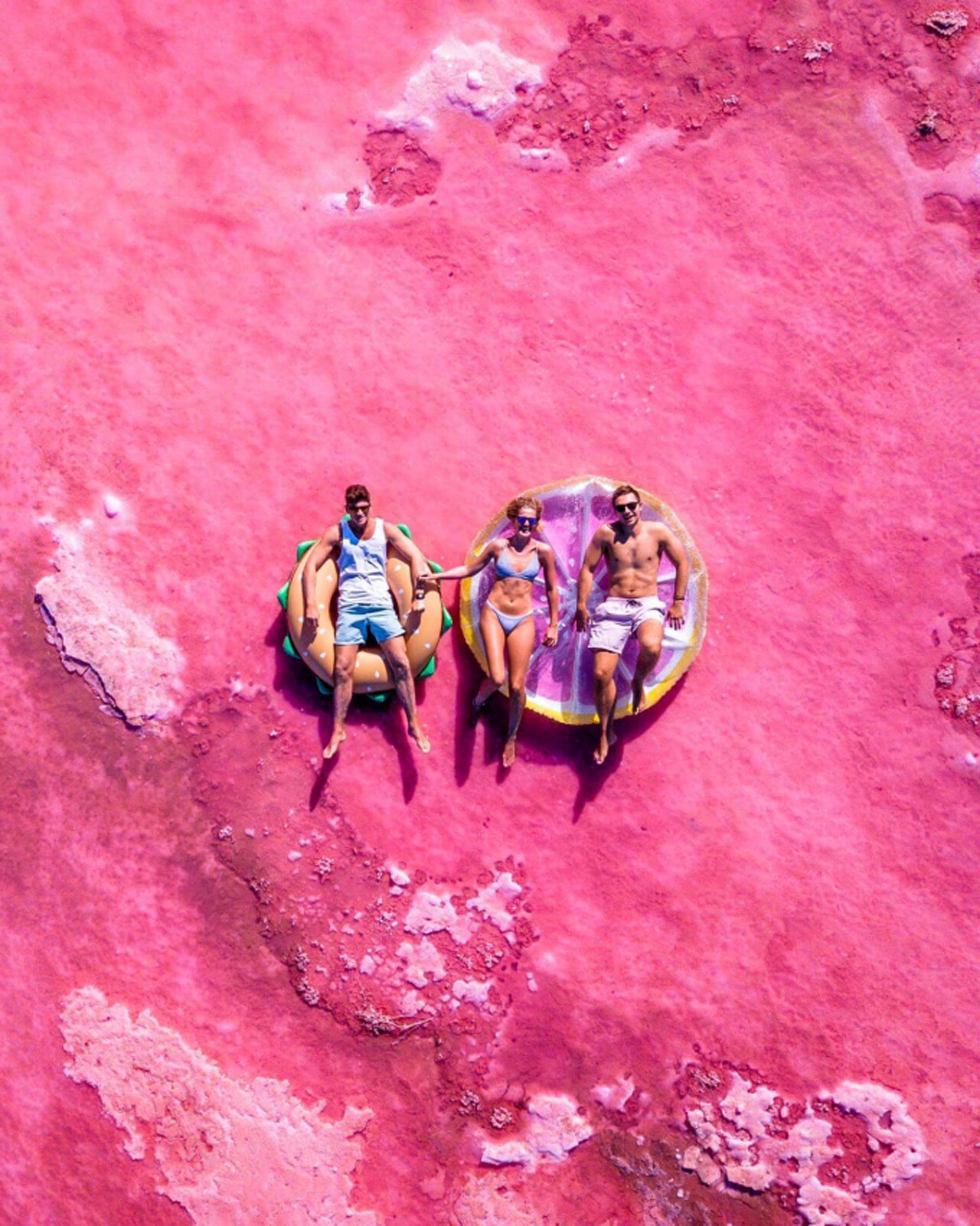 Con đường siêu đẹp giữa hai luồng nước xanh và hồng - Ảnh 3.