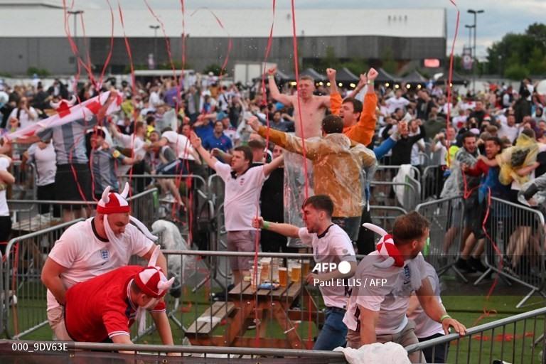 [TRỰC TIẾP] Không khí cực kỳ náo nhiệt ngoài sân Wembley trước thềm trận Chung kết Euro 2020 - Ảnh 4.