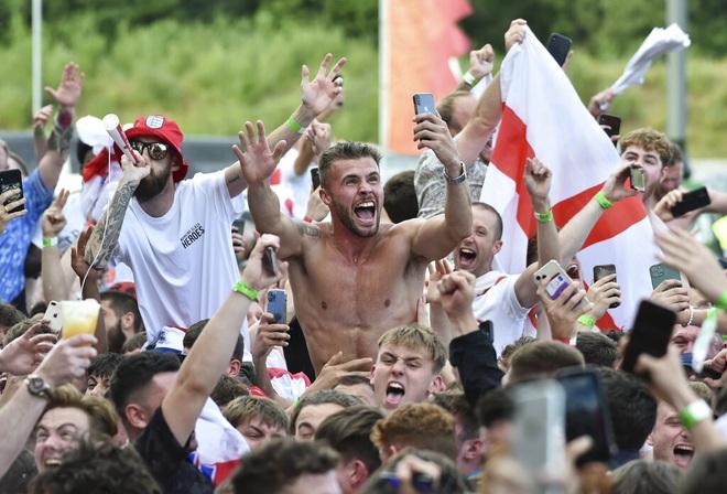[TRỰC TIẾP] Không khí cực kỳ náo nhiệt ngoài sân Wembley trước thềm trận Chung kết Euro 2020 - Ảnh 5.
