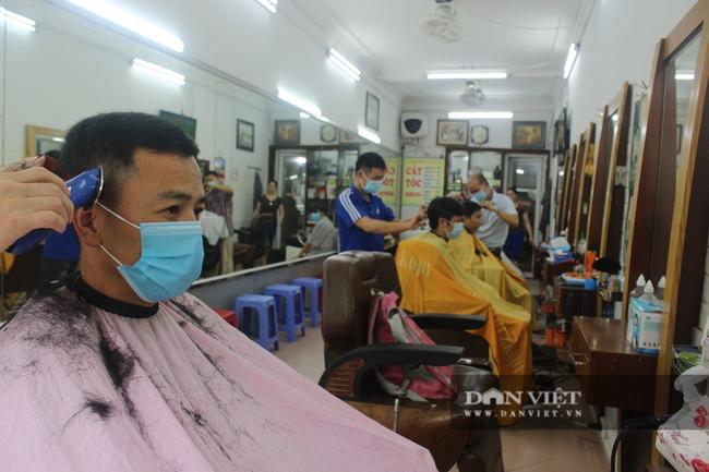 Hà Nội thực hiện chống dịch theo Chỉ thị 15, quán cắt tóc, gội đầu hoạt động trở lại - Ảnh 3.