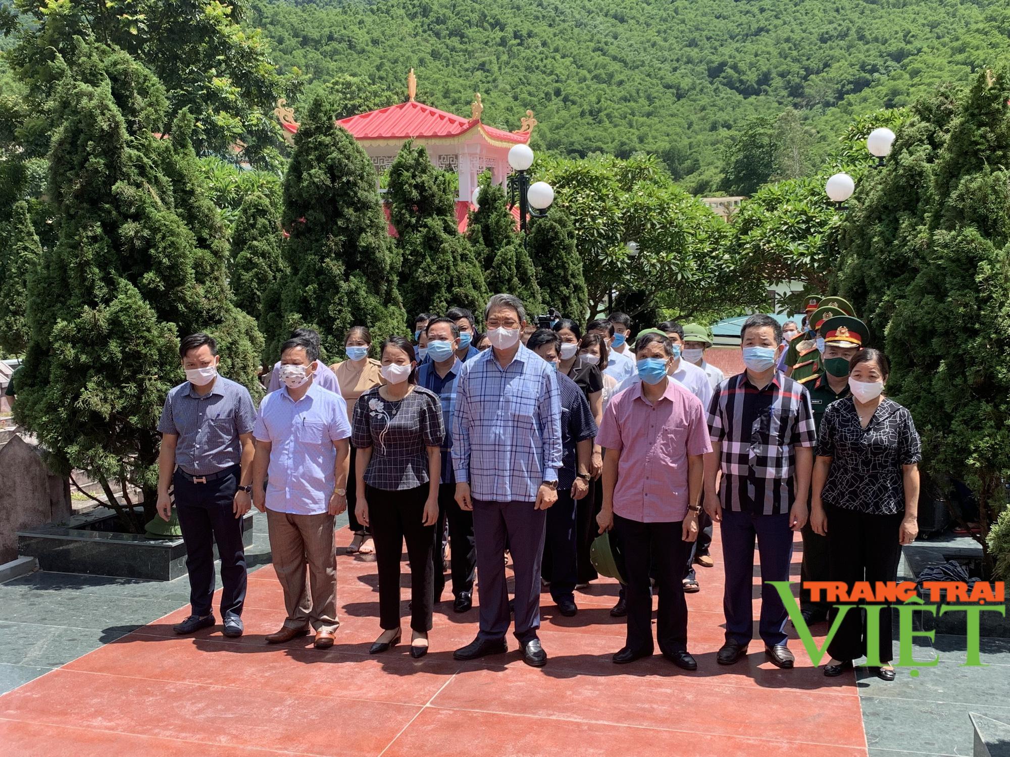 Phó Chủ tịch UBND tỉnh Thanh Hoá viếng nghĩa trang liệt sĩ và tặng quà các gia đình chính sách 2 huyện  - Ảnh 1.