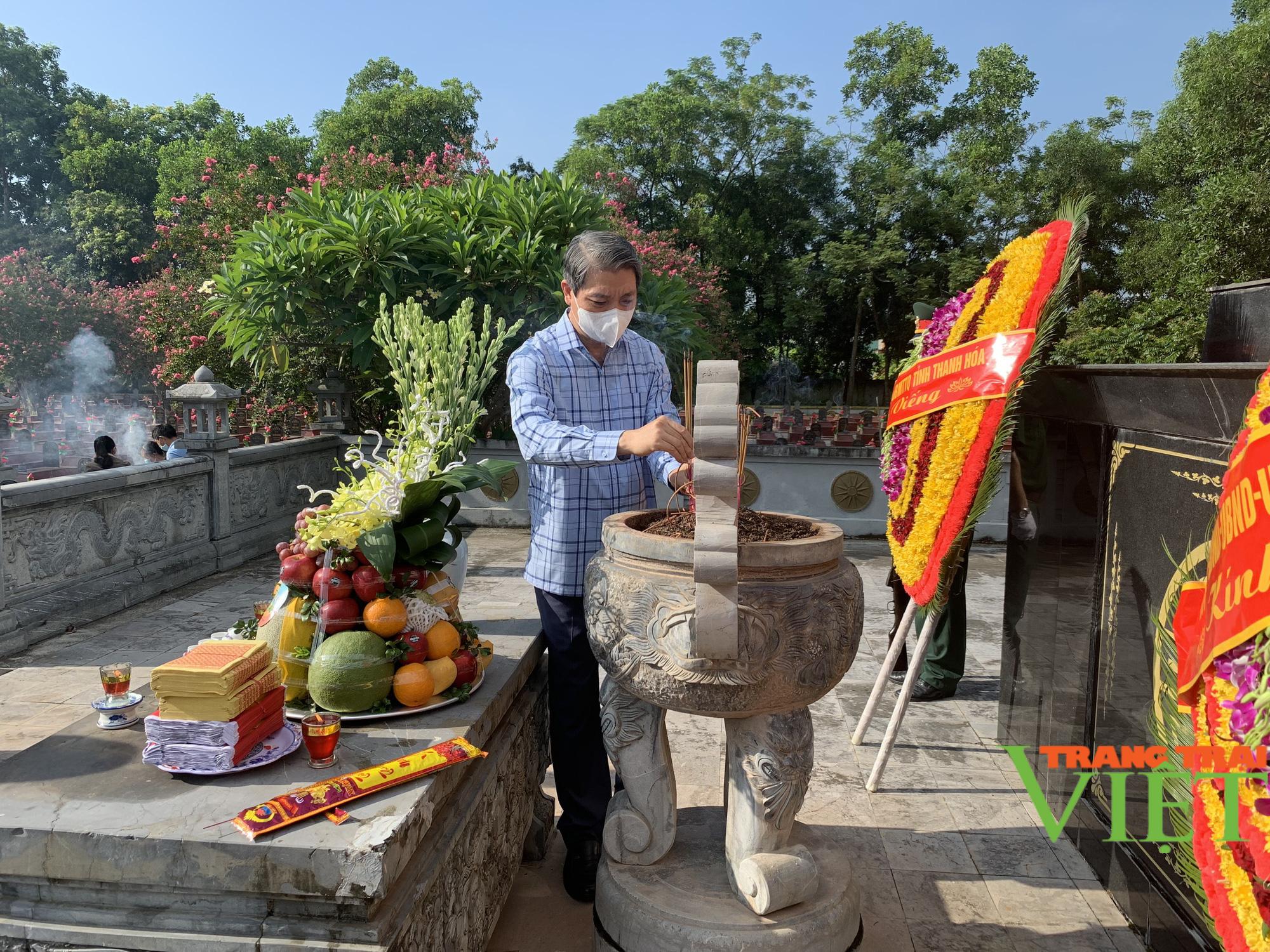 Phó Chủ tịch UBND tỉnh Thanh Hoá viếng nghĩa trang liệt sĩ và tặng quà các gia đình chính sách 2 huyện  - Ảnh 2.