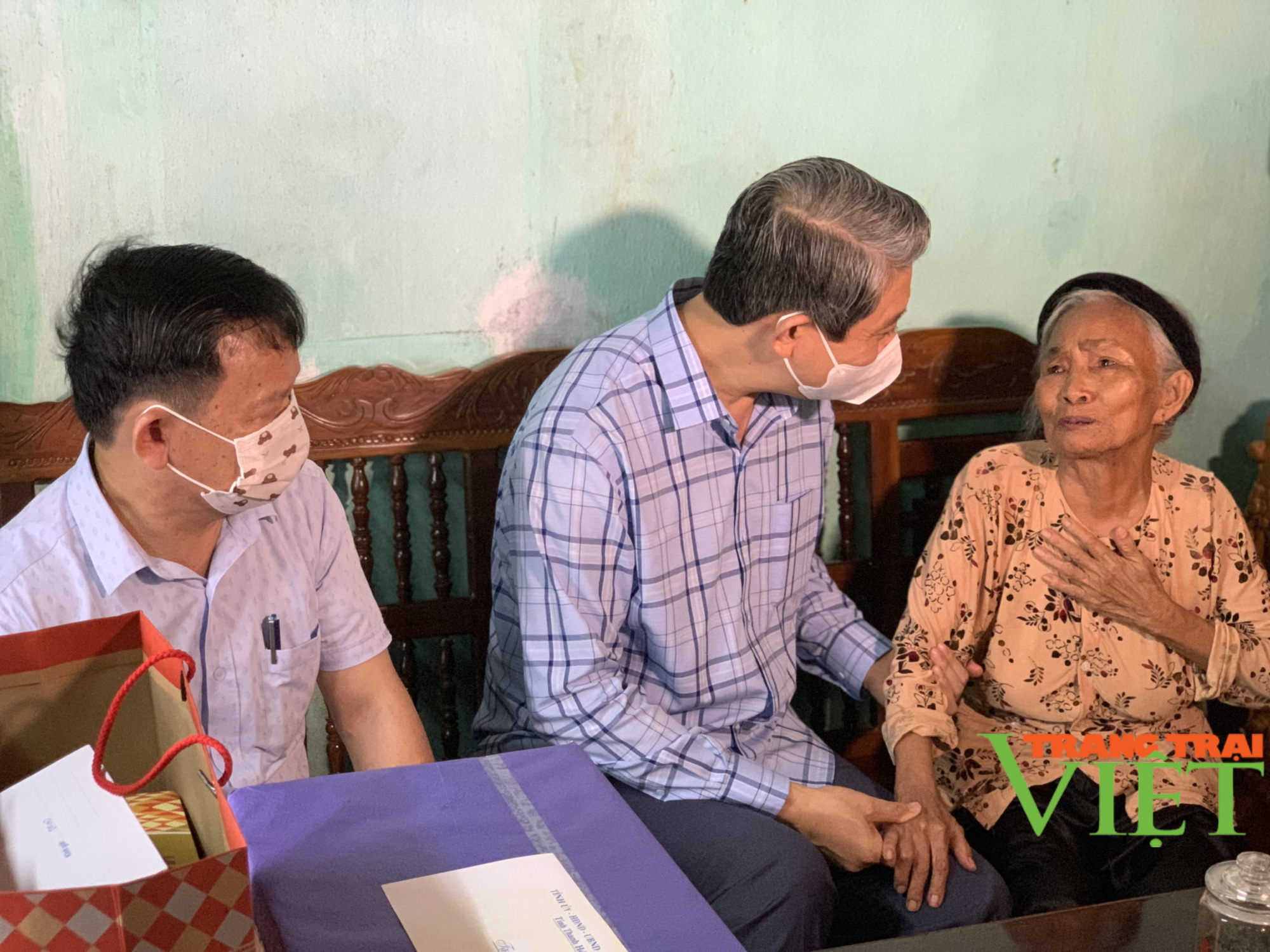 Phó Chủ tịch UBND tỉnh Thanh Hoá viếng nghĩa trang liệt sĩ và tặng quà các gia đình chính sách 2 huyện  - Ảnh 4.