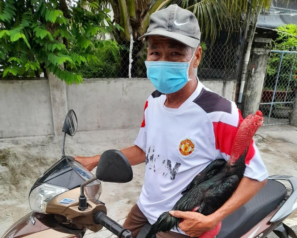Phú Yên: Ôm gà đá ra đường, bị phạt 2 triệu đồng - Ảnh 1.