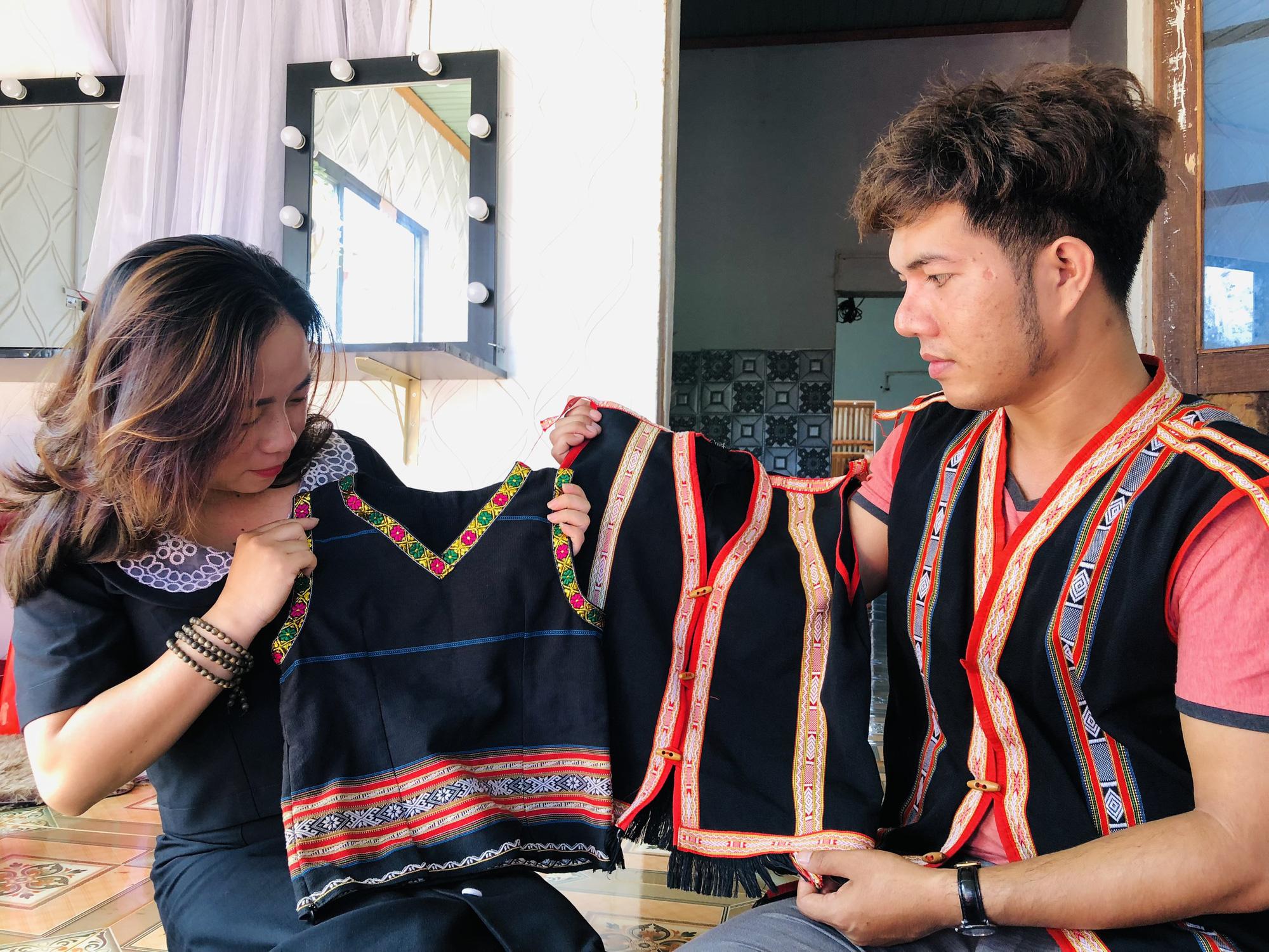 Gia Lai: Thầy giáo hotboy người Banar với khát vọng đưa sắc màu thổ cẩm vươn xa - Ảnh 8.