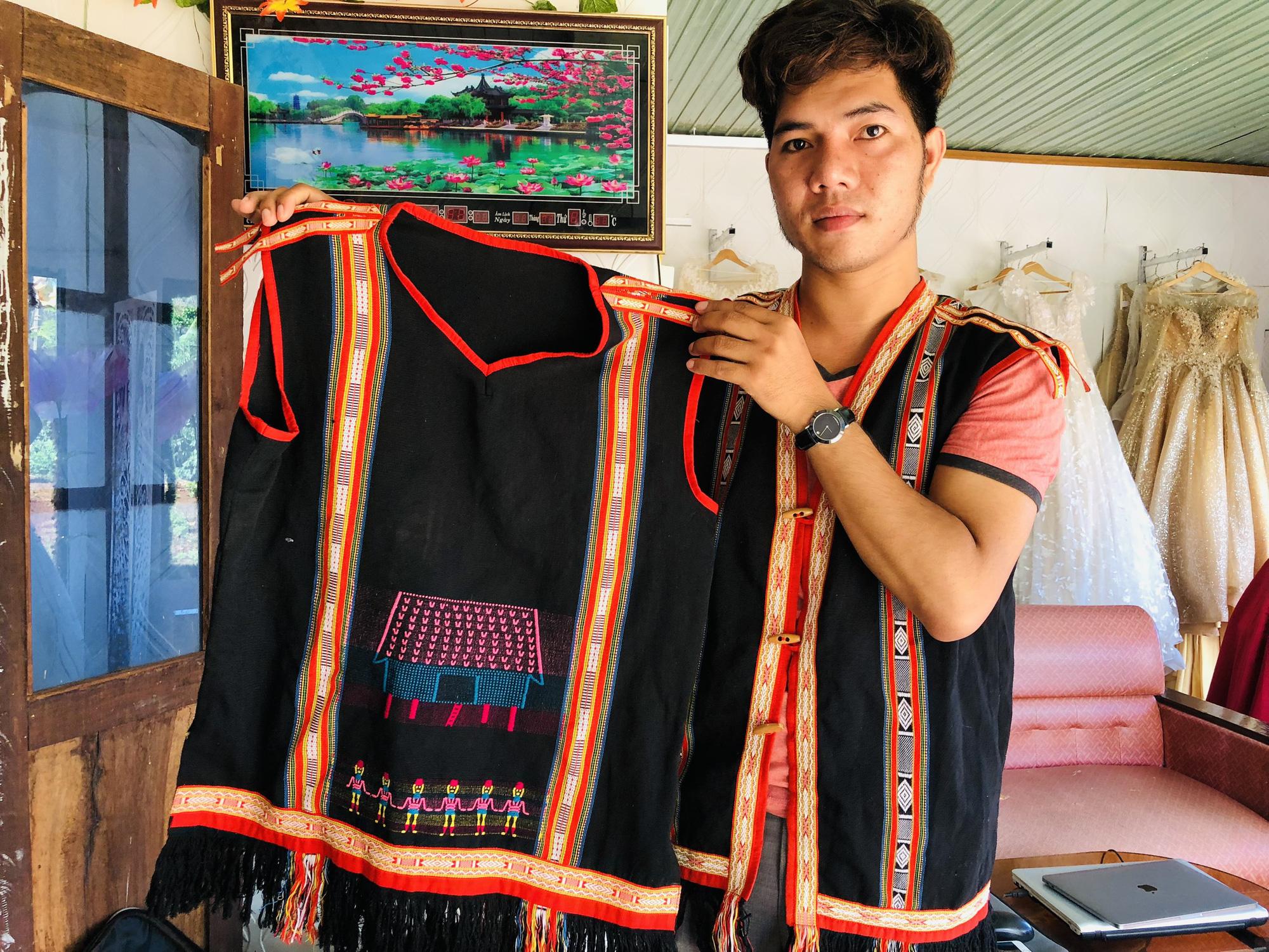 Gia Lai: Thầy giáo hotboy người Banar với khát vọng đưa sắc màu thổ cẩm vươn xa - Ảnh 2.