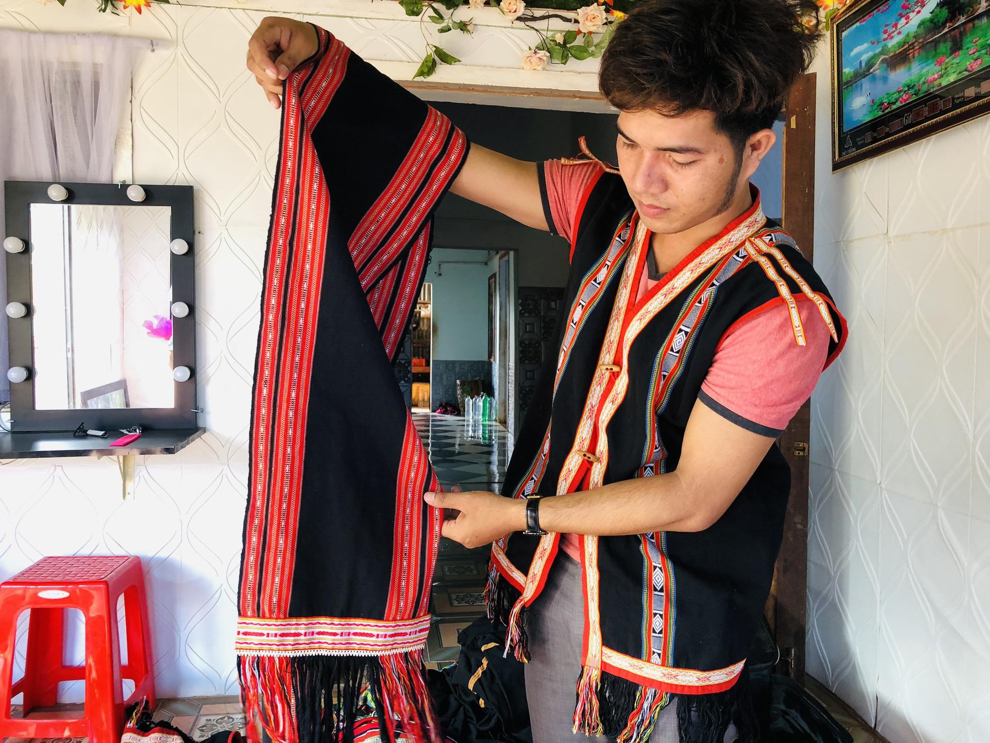 Gia Lai: Thầy giáo hotboy người Banar với khát vọng đưa sắc màu thổ cẩm vươn xa - Ảnh 3.