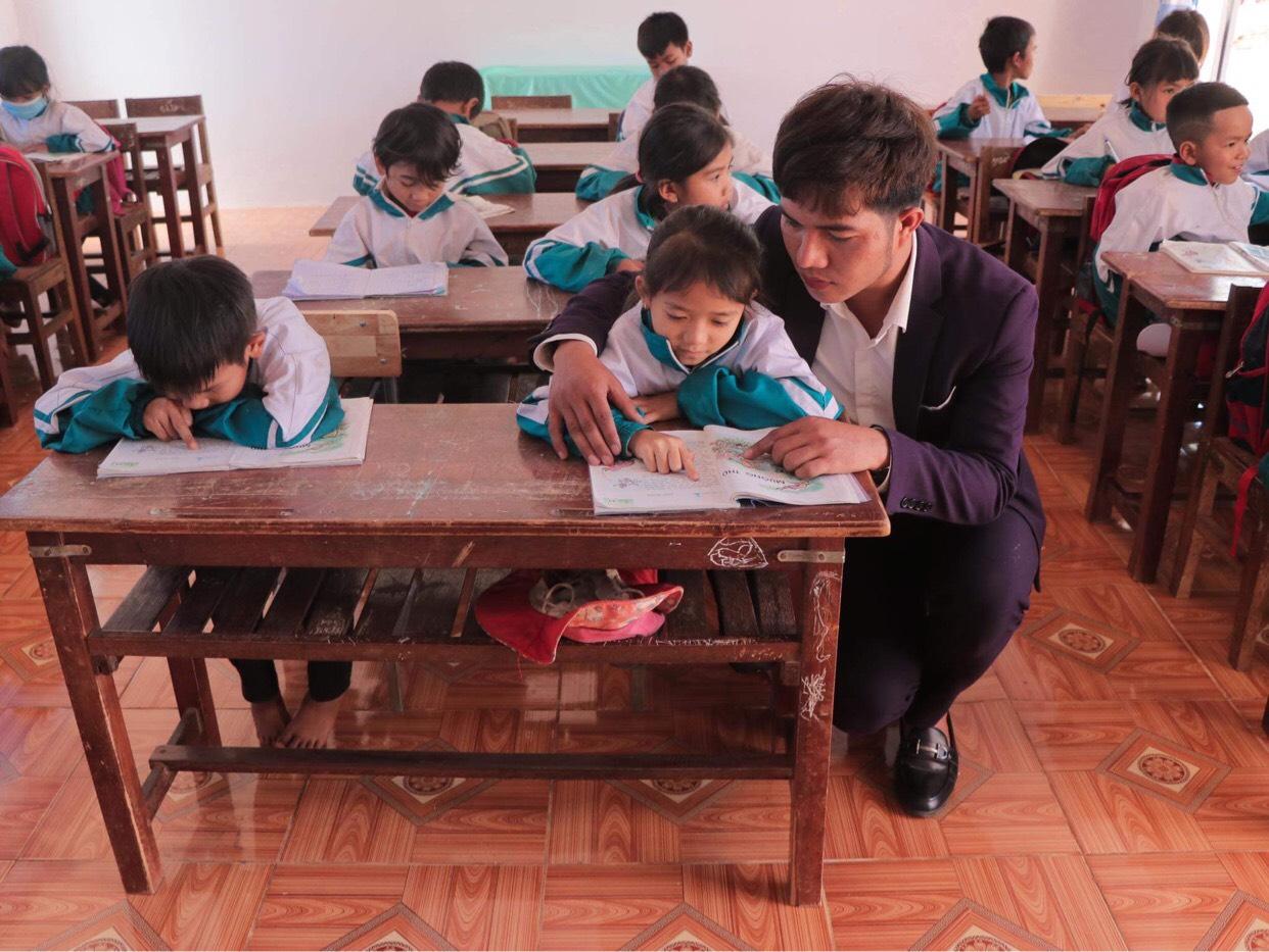 Gia Lai: Thầy giáo hotboy người Banar với khát vọng đưa sắc màu thổ cẩm vươn xa - Ảnh 5.