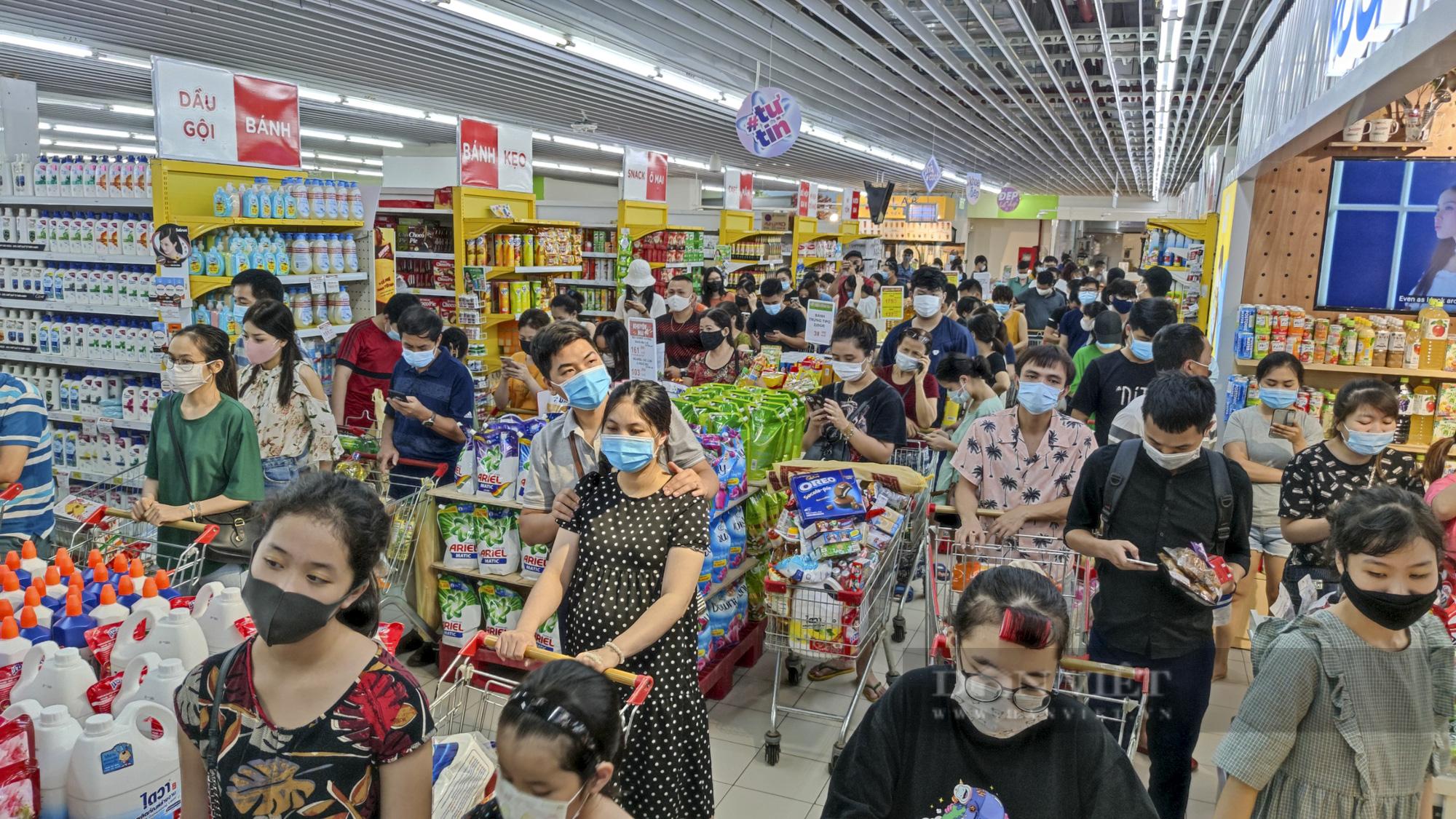 Người dân Hà Nội đổ xô đi mua thực phẩm dự trữ - Ảnh 1.