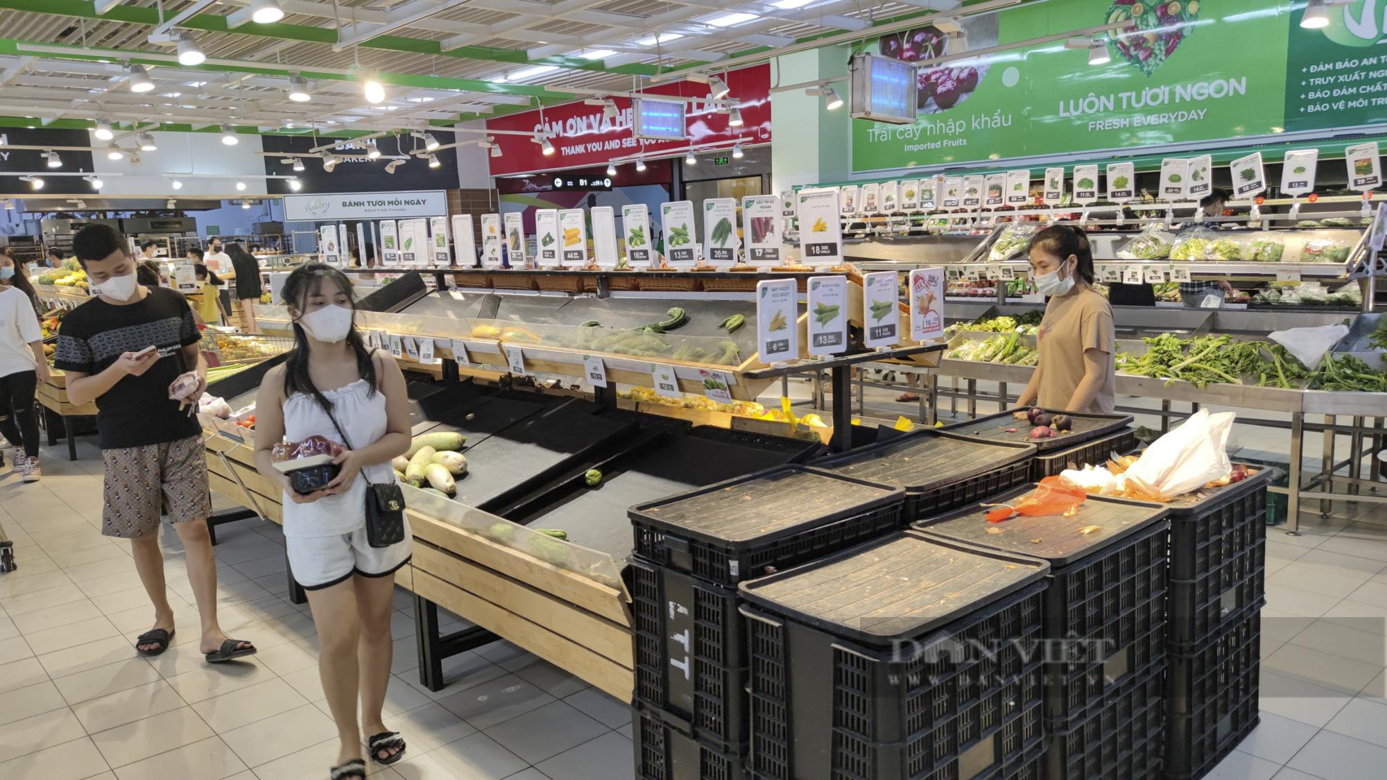 Người dân Hà Nội đổ xô đi mua thực phẩm dự trữ - Ảnh 2.