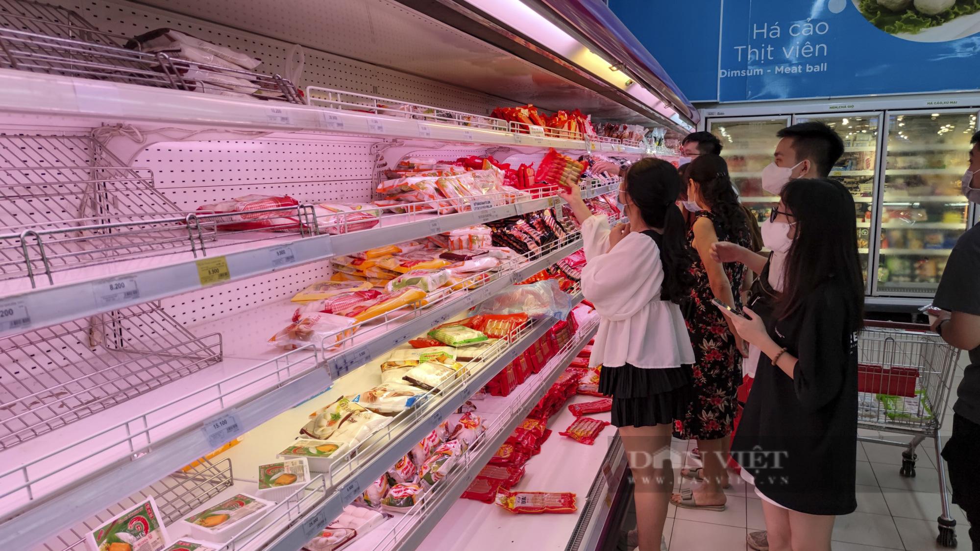 Người dân Hà Nội đổ xô đi mua thực phẩm dự trữ - Ảnh 3.