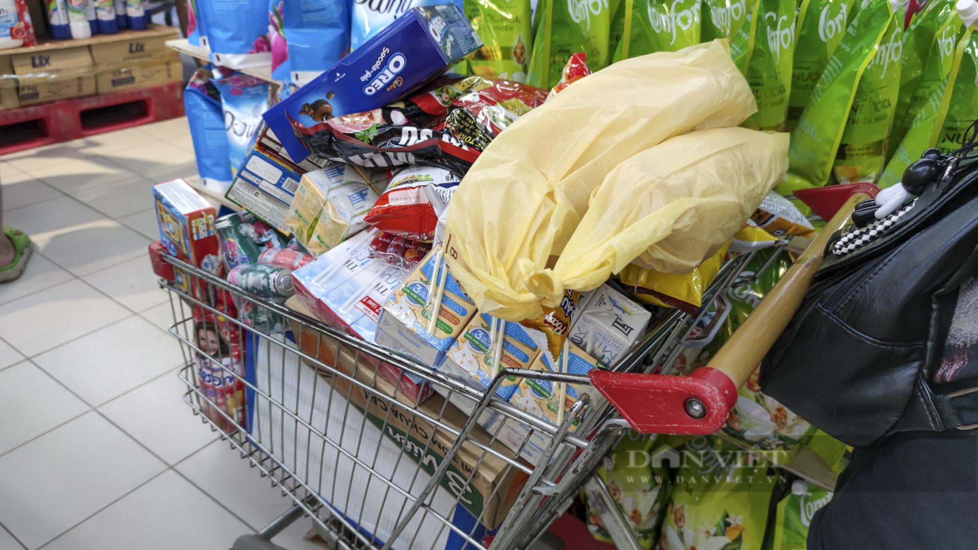Người dân Hà Nội đổ xô đi mua thực phẩm dự trữ - Ảnh 4.