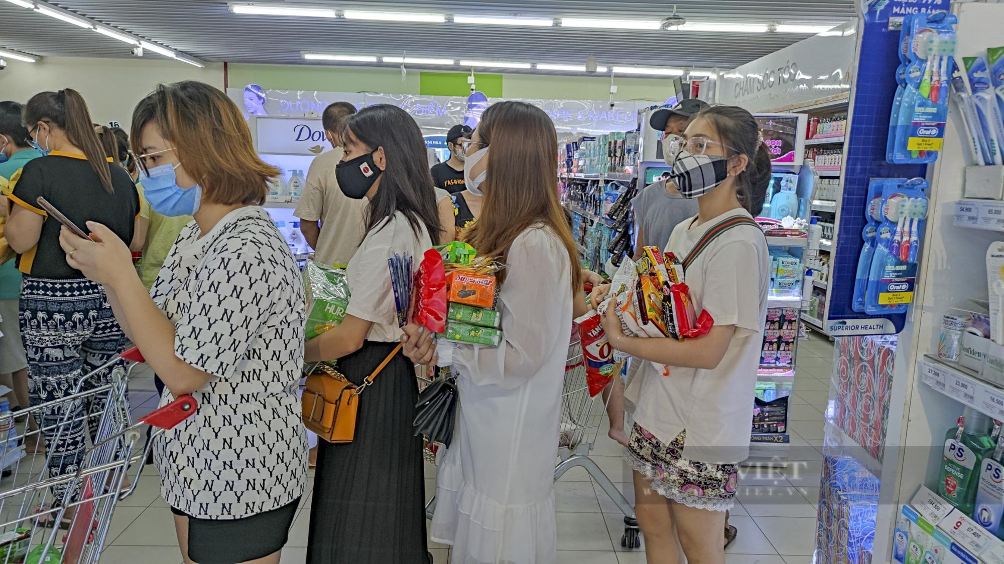 Người dân Hà Nội đổ xô đi mua thực phẩm dự trữ - Ảnh 5.