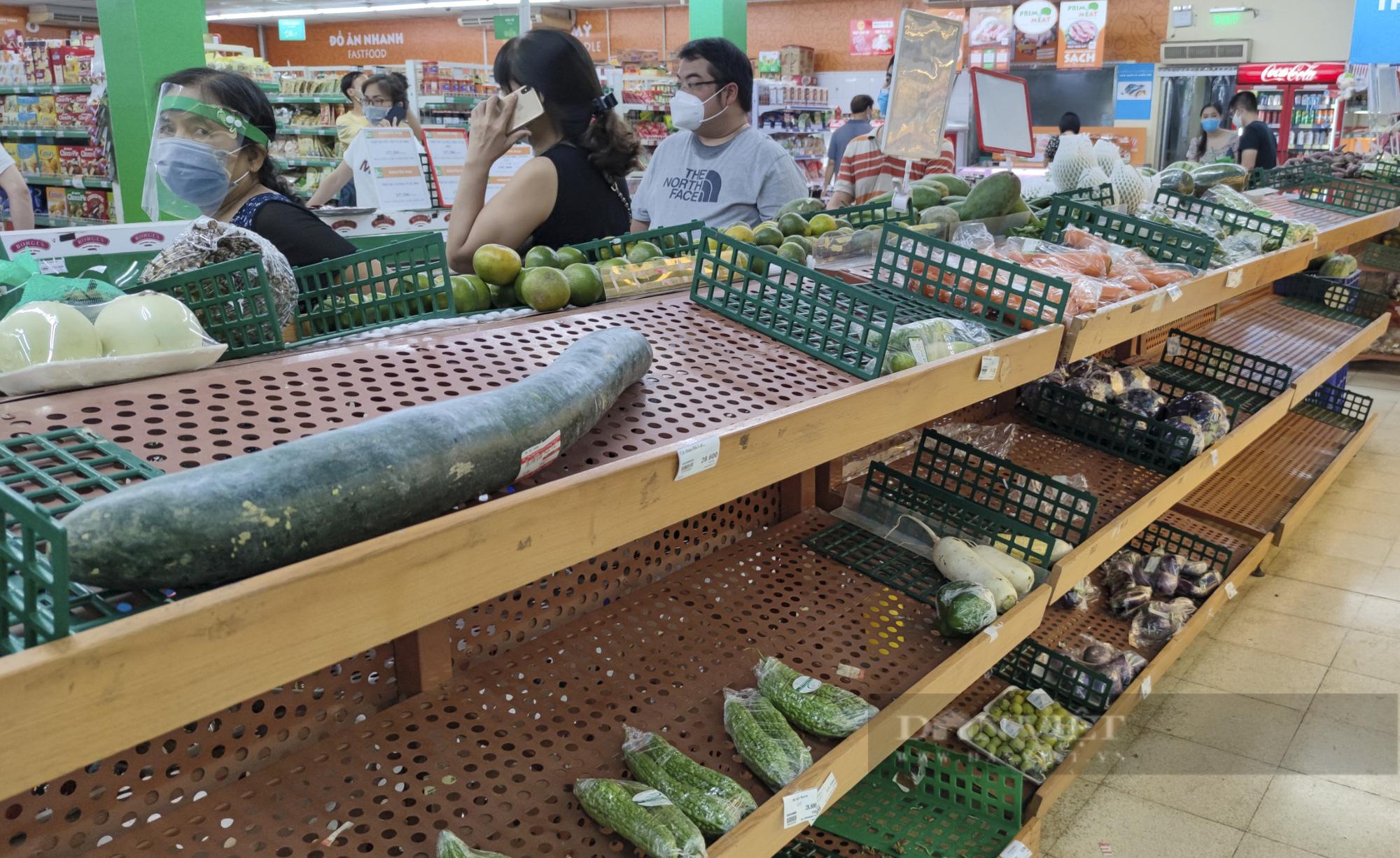 Người dân Hà Nội đổ xô đi mua thực phẩm dự trữ - Ảnh 6.