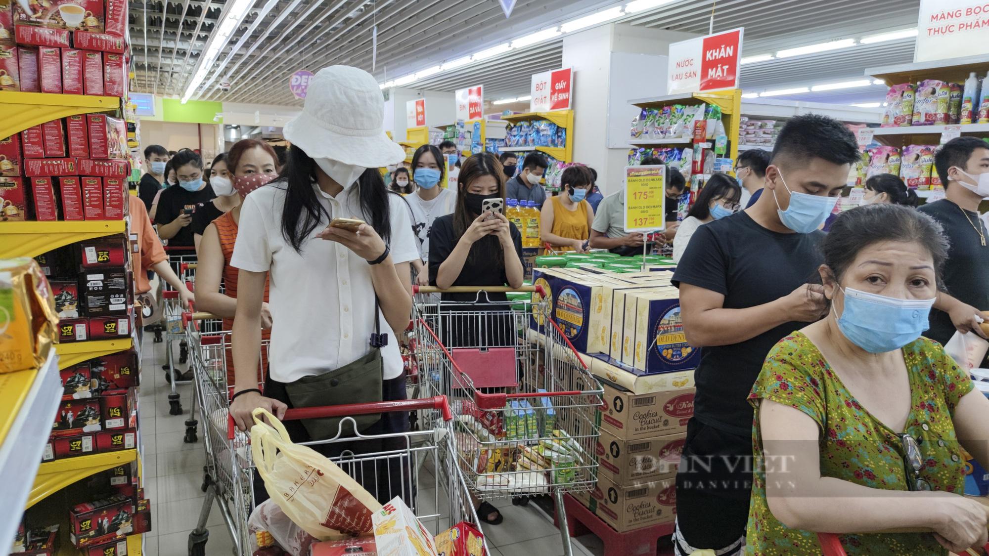 Người dân Hà Nội đổ xô đi mua thực phẩm dự trữ - Ảnh 7.