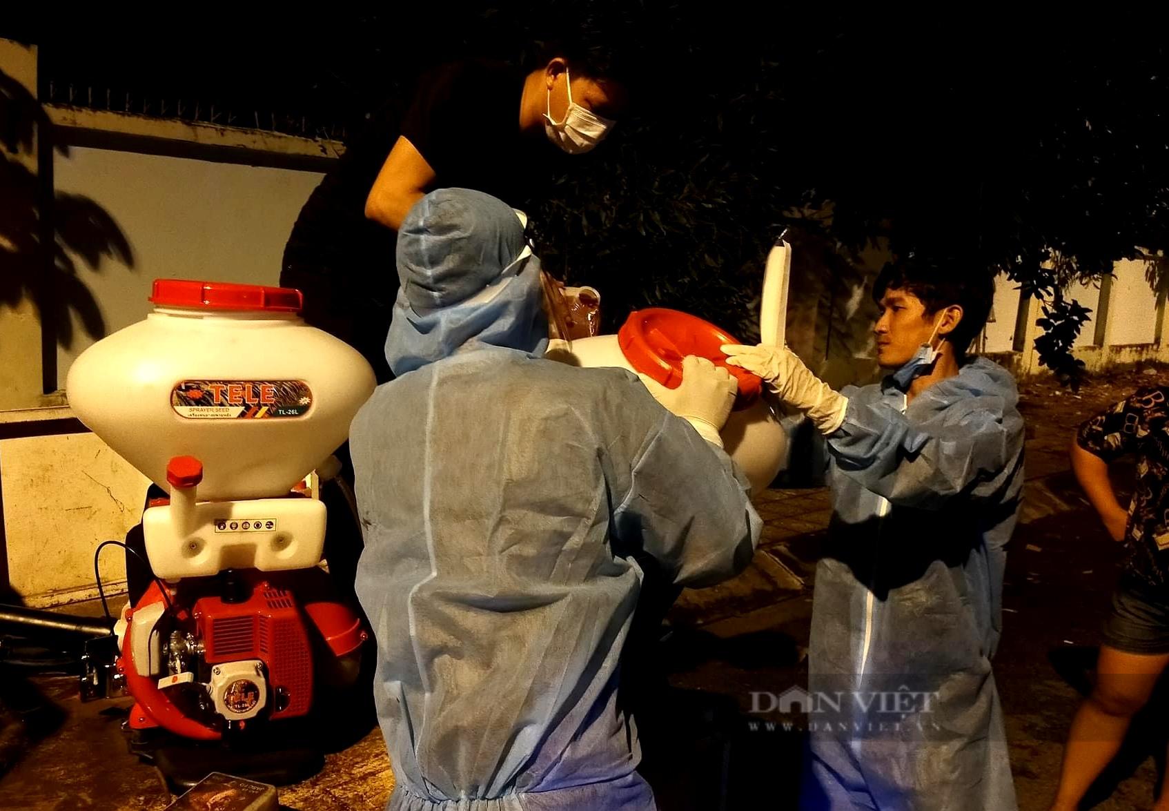 """Đội nông dân """"bao đồng"""" xông pha ổ dịch Covid-19 để khử khuẩn miễn phí - Ảnh 3."""