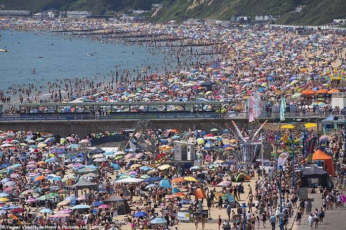 Anh: Sắc màu bikini lại ngập tràn bãi biển, giữa lúc dòng khách du lịch hối hả trở về trước thời hạn cách ly - Ảnh 1.