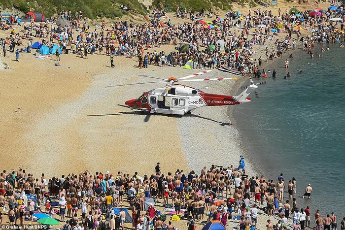 Anh: Sắc màu bikini lại ngập tràn bãi biển, giữa lúc dòng khách du lịch hối hả trở về trước thời hạn cách ly - Ảnh 3.