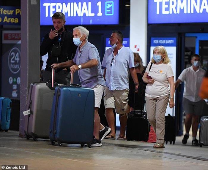 Anh: Sắc màu bikini lại ngập tràn bãi biển, giữa lúc dòng khách du lịch hối hả trở về trước thời hạn cách ly - Ảnh 7.