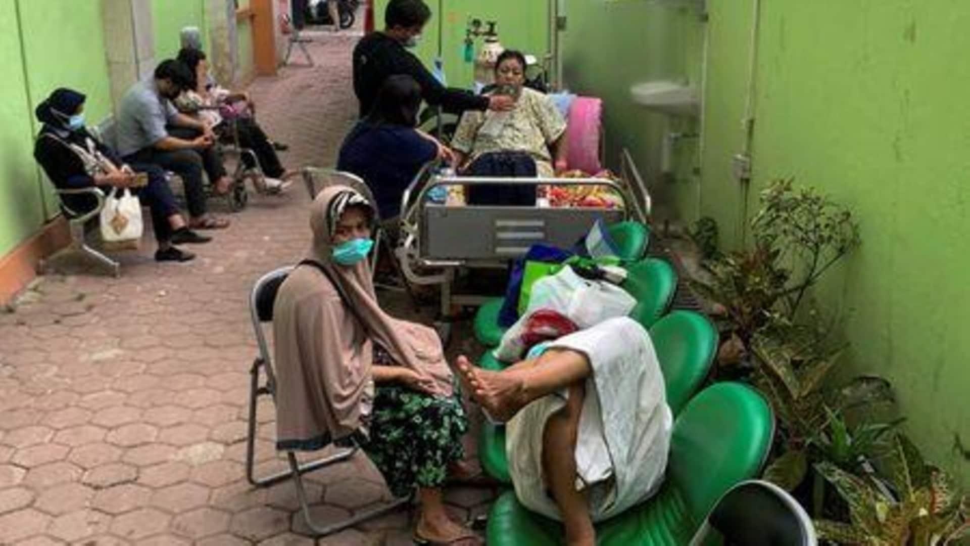 Không đủ ICU, bác sĩ Indonesia gặp nhiều khó khăn trong việc điều trị Covid-19 - Ảnh 1.