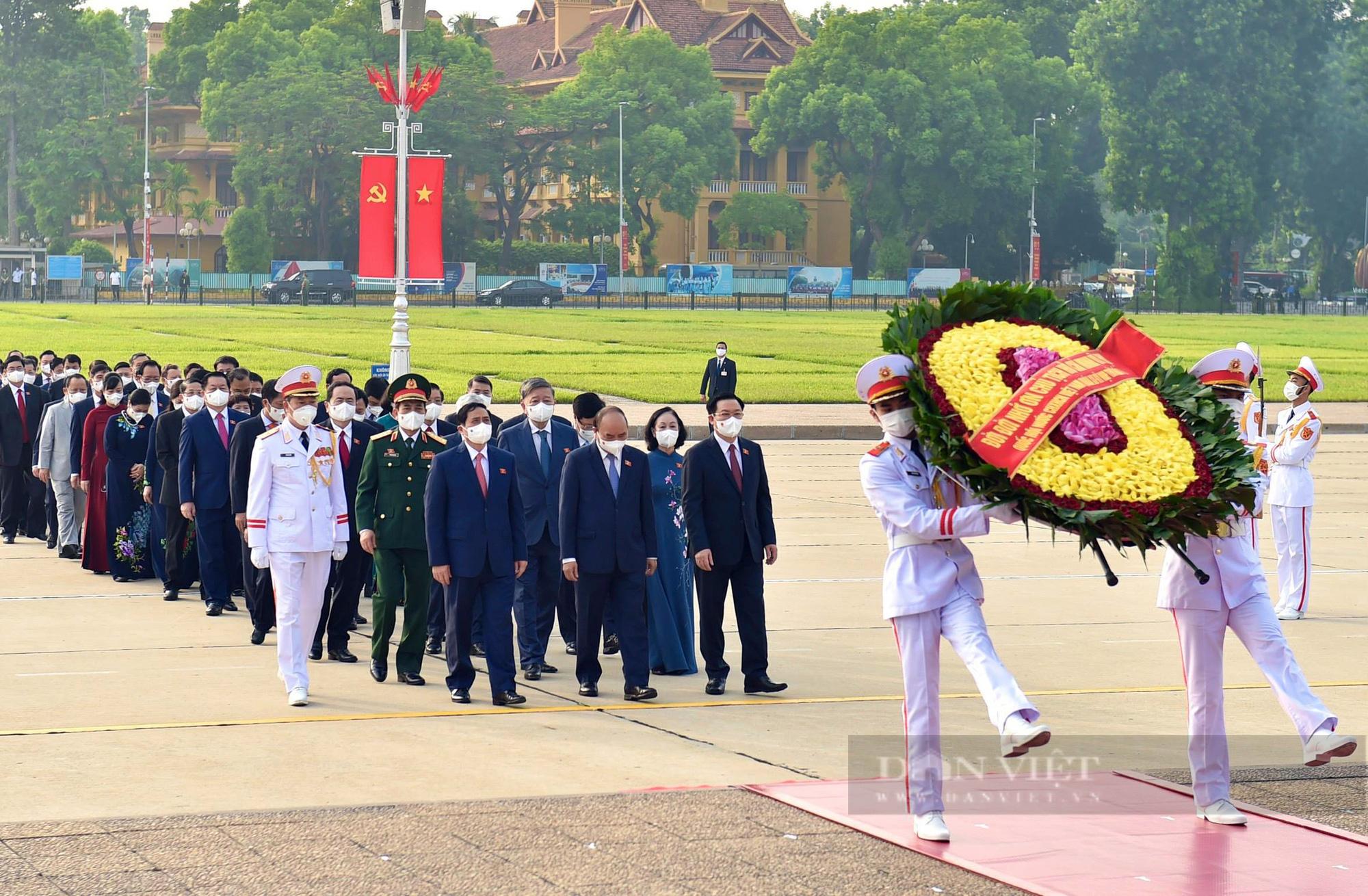 Lãnh đạo Đảng, Nhà nước và đại biểu Quốc hội khóa XV vào Lăng viếng Bác - Ảnh 1.