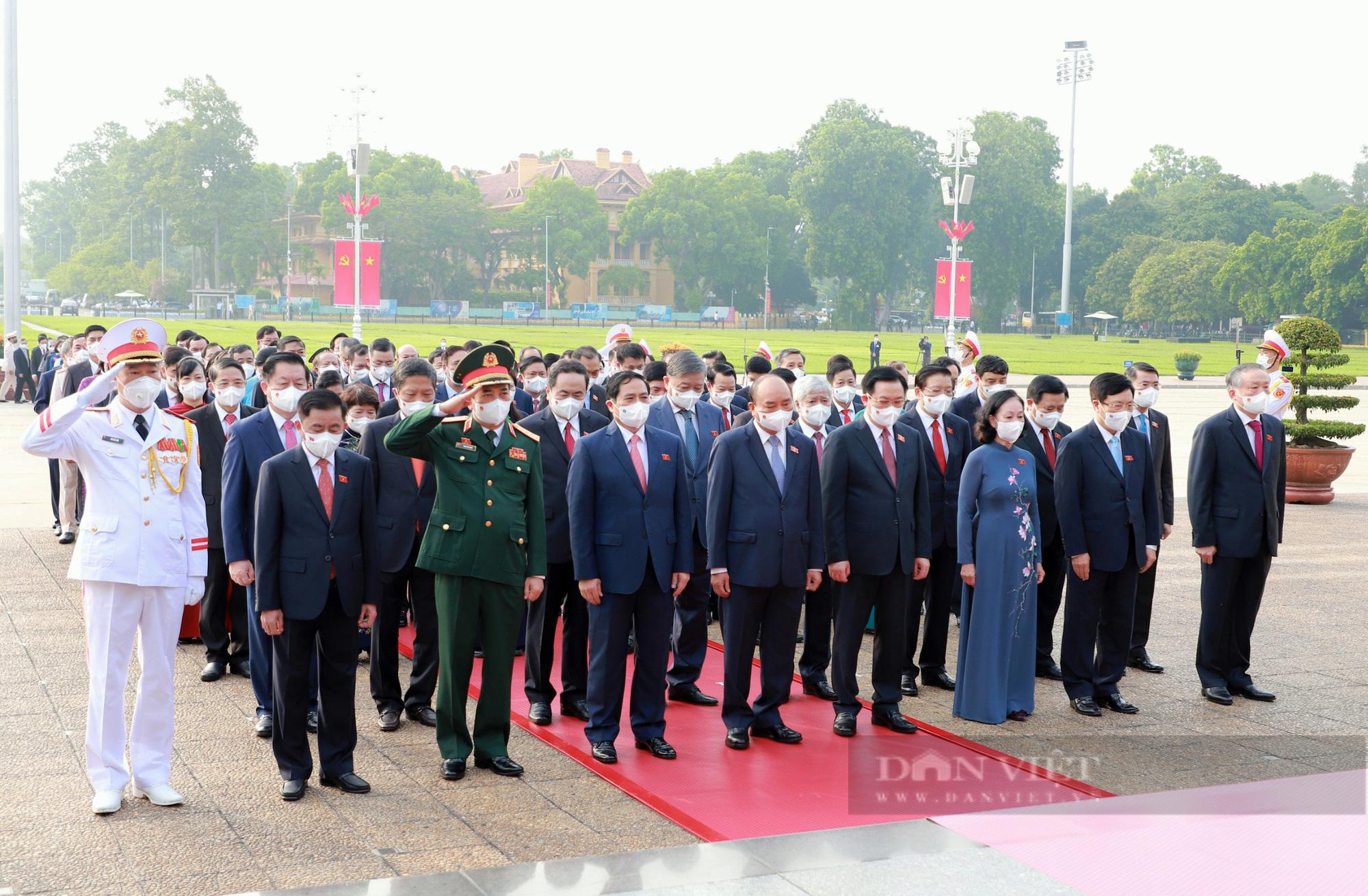 Lãnh đạo Đảng, Nhà nước và đại biểu Quốc hội khóa XV vào Lăng viếng Bác - Ảnh 2.