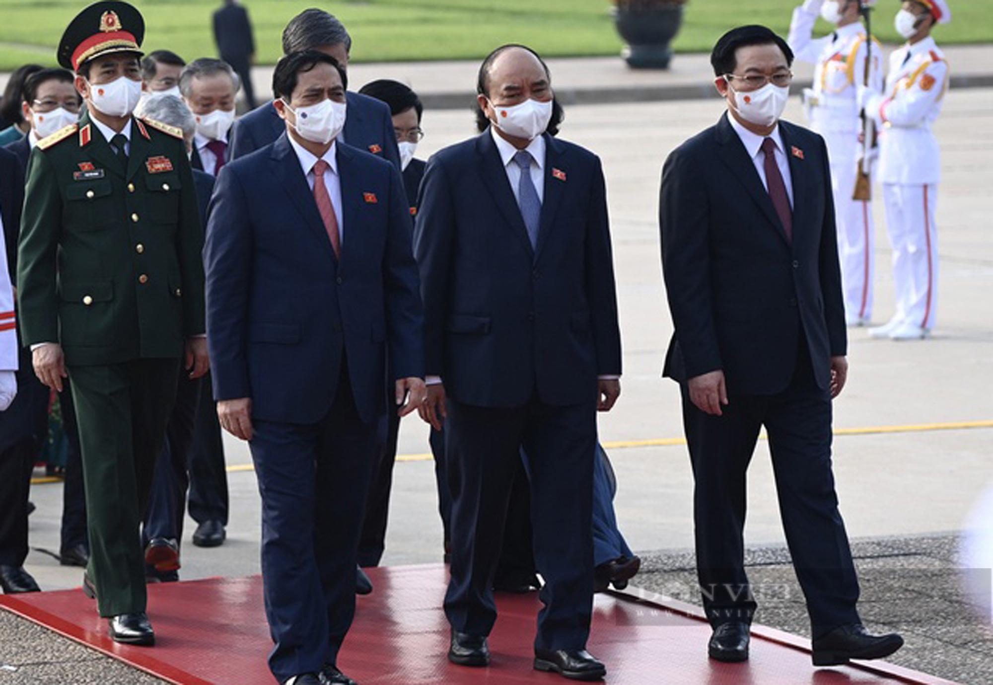 Lãnh đạo Đảng, Nhà nước và đại biểu Quốc hội khóa XV vào Lăng viếng Bác - Ảnh 3.