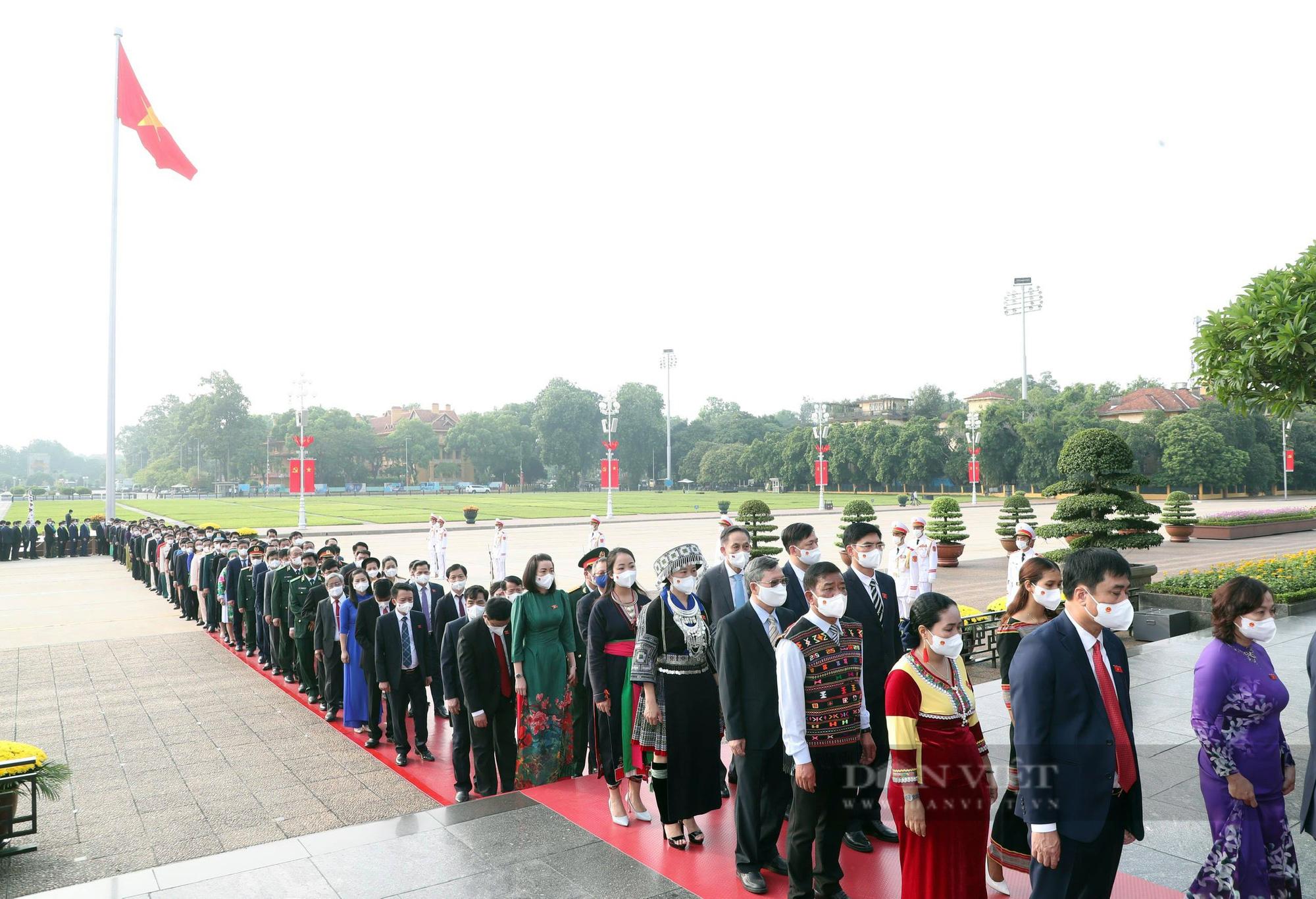 Lãnh đạo Đảng, Nhà nước và đại biểu Quốc hội khóa XV vào Lăng viếng Bác - Ảnh 4.