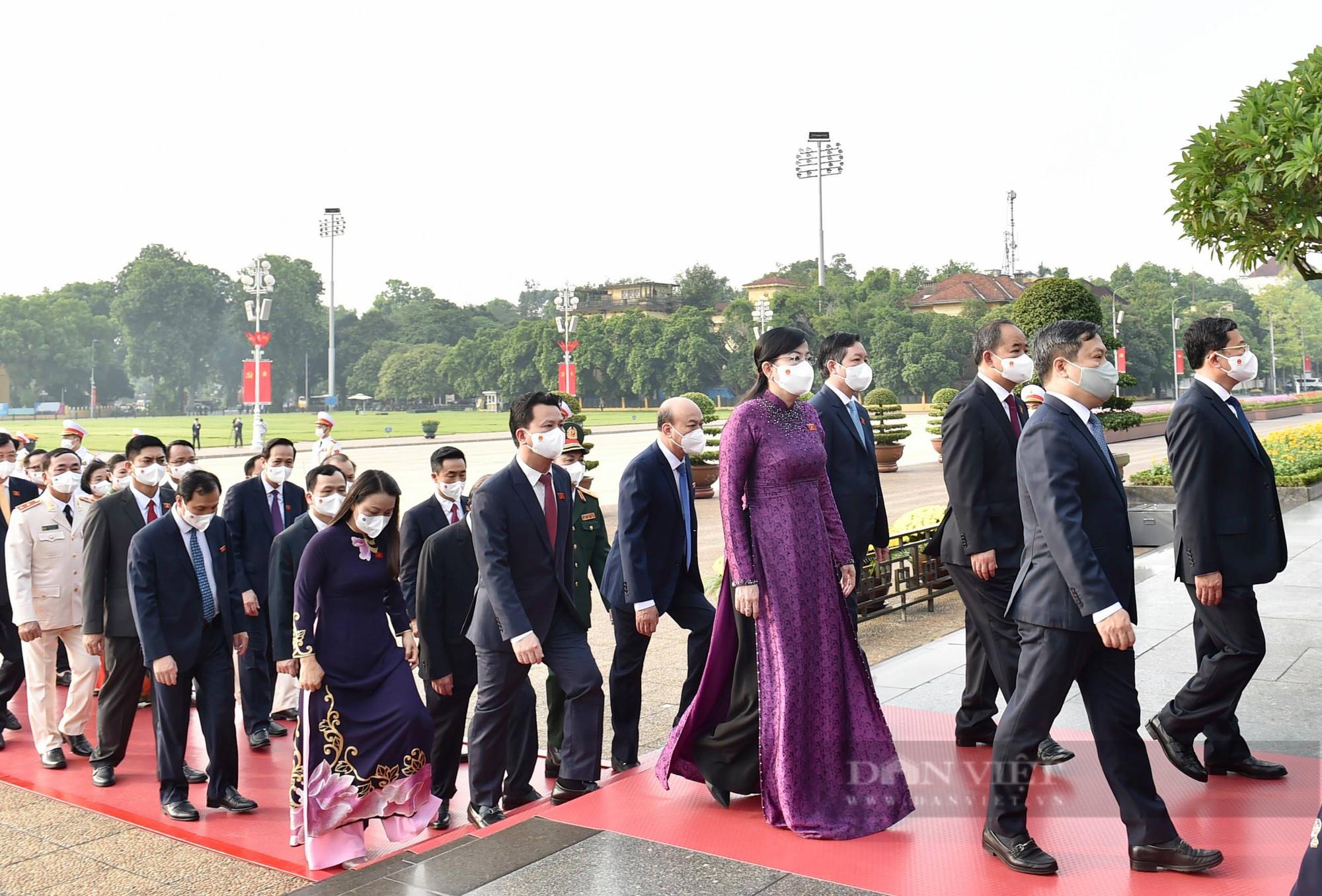 Lãnh đạo Đảng, Nhà nước và đại biểu Quốc hội khóa XV vào Lăng viếng Bác - Ảnh 5.