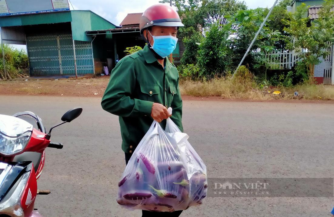 Nông dân Đắk Nông gom hàng trăm tấn nông sản hỗ trợ người dân vùng dịch - Ảnh 8.